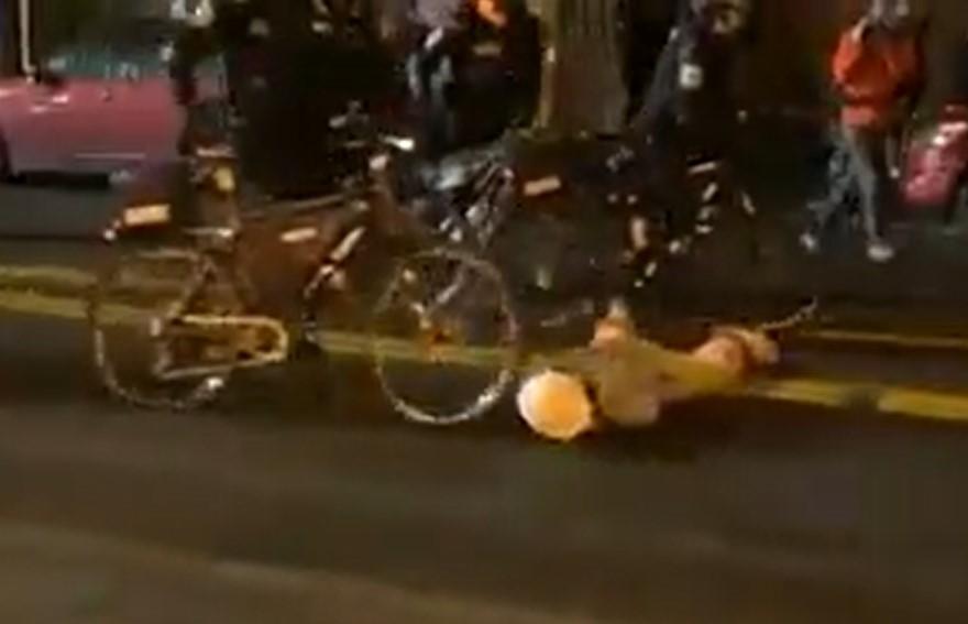 Egyszerűen átvezette a földön fekvő tüntető fején a biciklijét a seattle-i rendőr