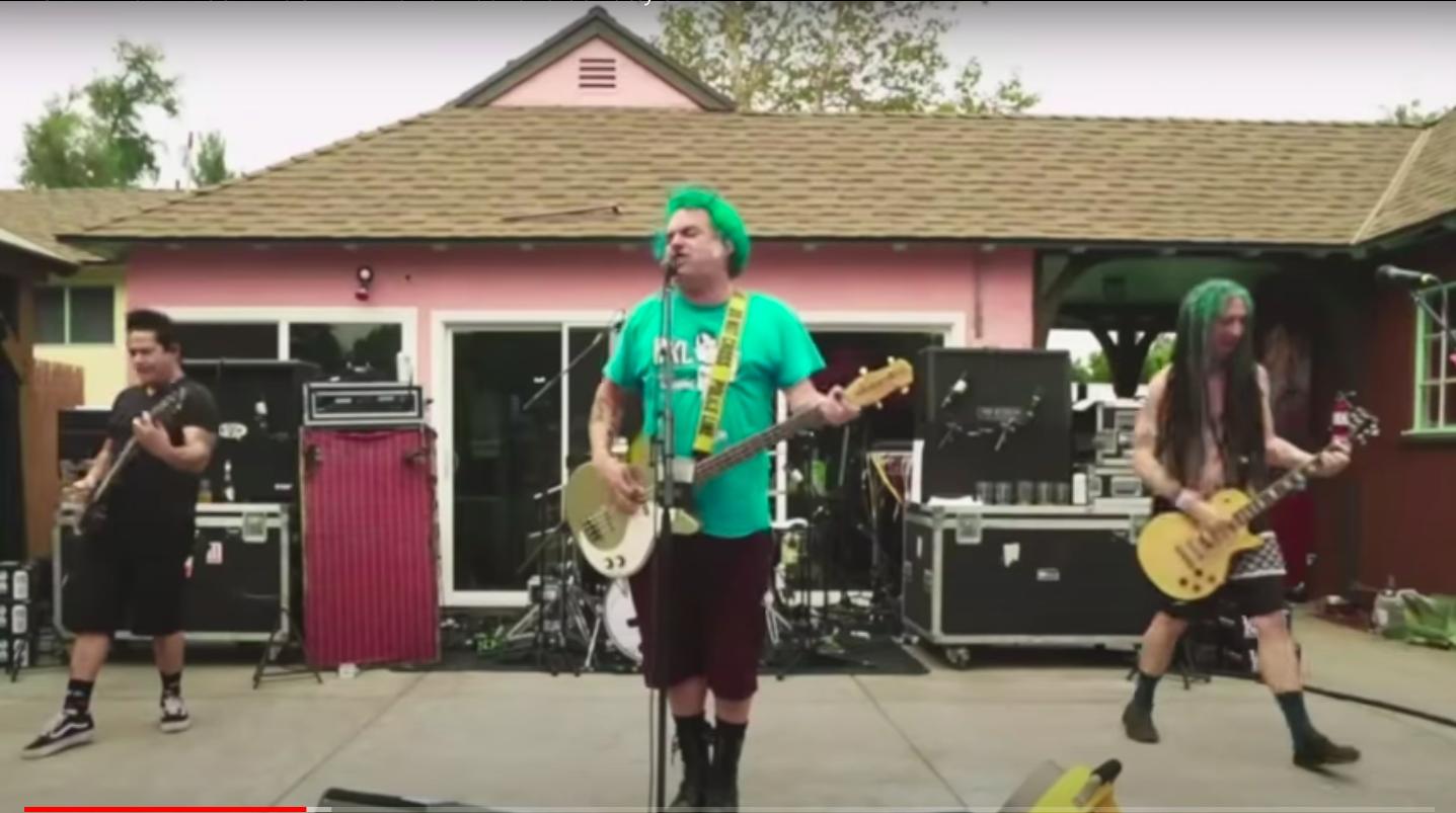 Koronavírus, köszönjük: a járvány miatt tarthatták meg ezt a csodálatos punkkoncertet Fat Mike kertjében