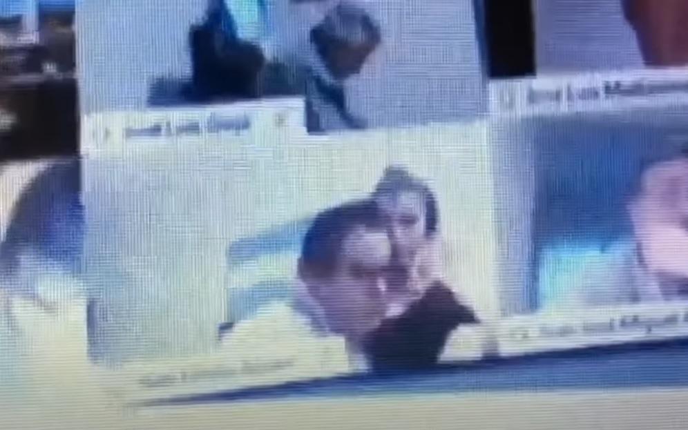 Lemondatták az argentin képviselőt, aki egy online vita közben megcsókolta a barátnője mellét