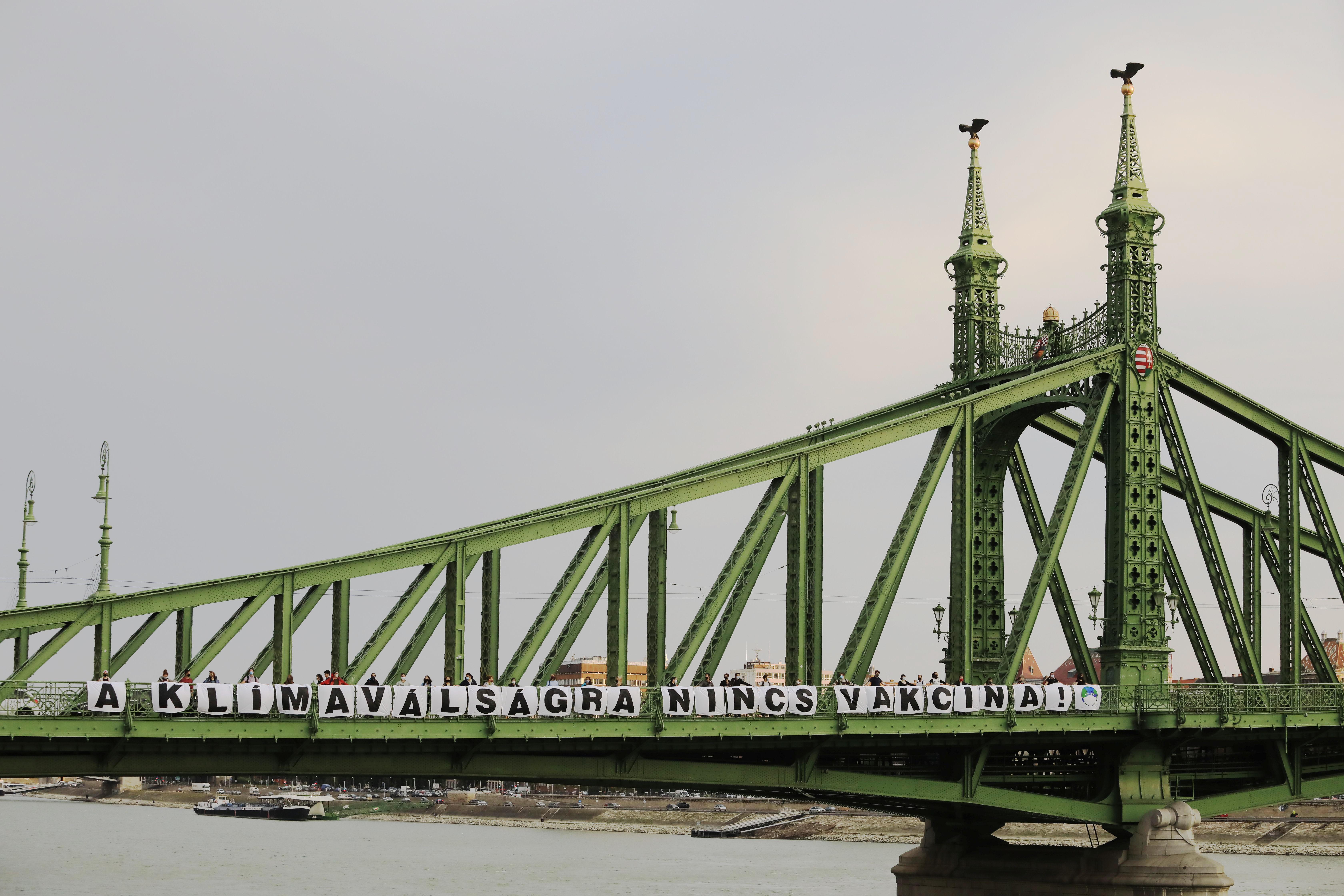 Óriási feliratot feszítettek ki környezetvédő aktivisták a Szabadság-hídon