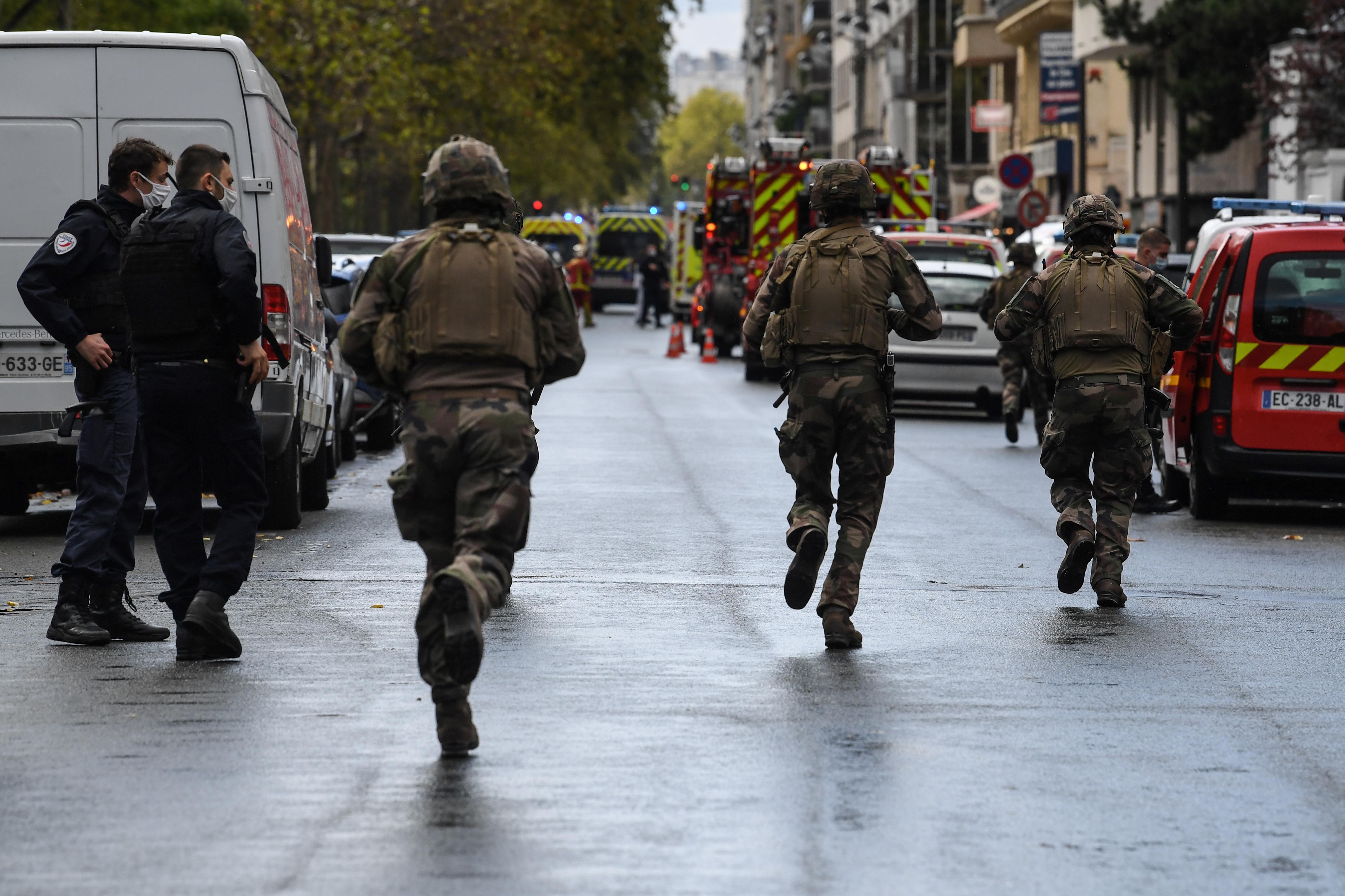 Iszlamista terrortámadásként kezelik a Charlie Hebdo egykori szerkesztősége melletti késelést