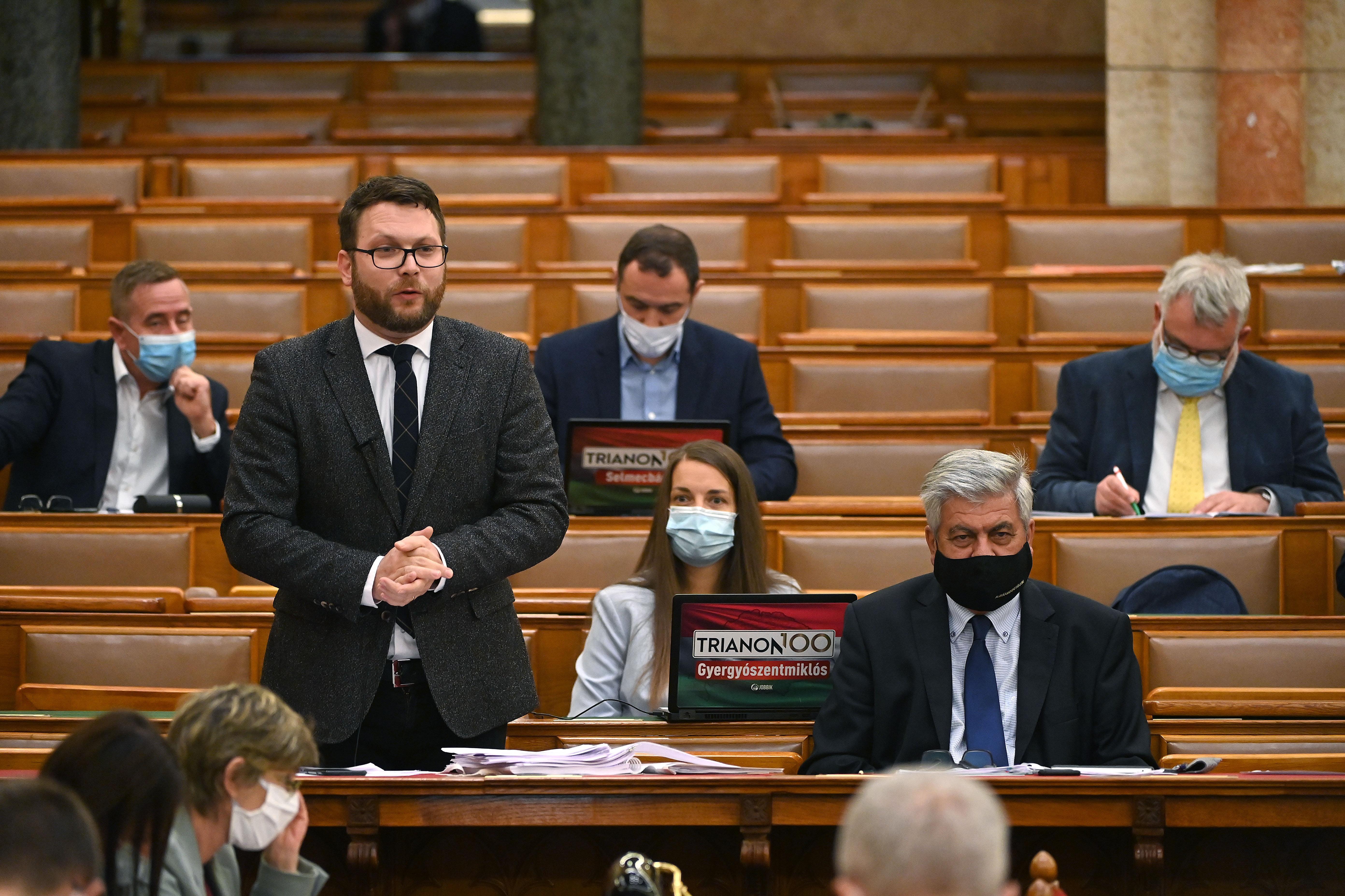 Szájer, járványkezelés, Soros-galaxis – a 9. alkotmánymódosításról vitáznak a parlamentben