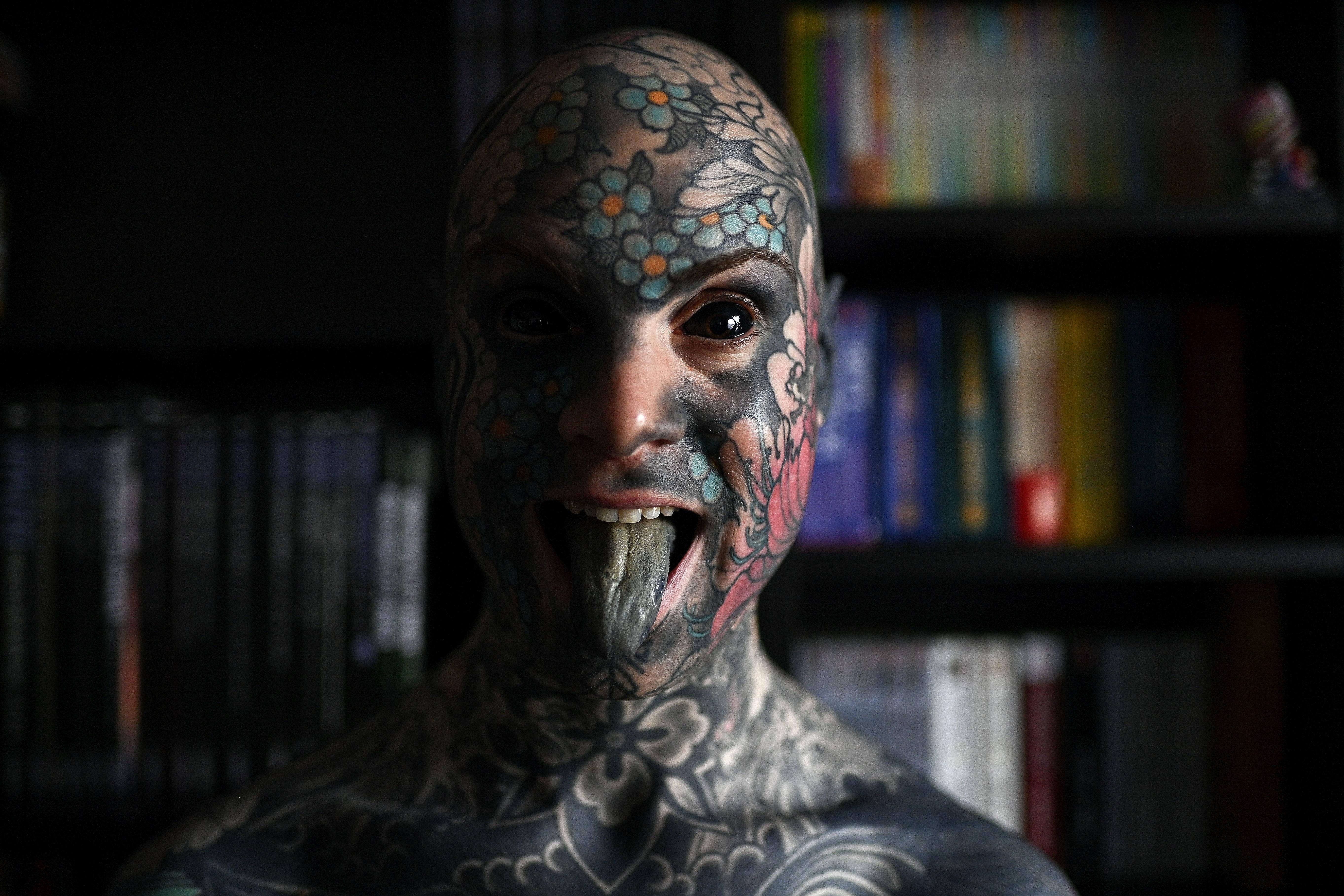 Nem taníthat óvodásokat egy francia tanár, mert teljesen szét van tetoválva