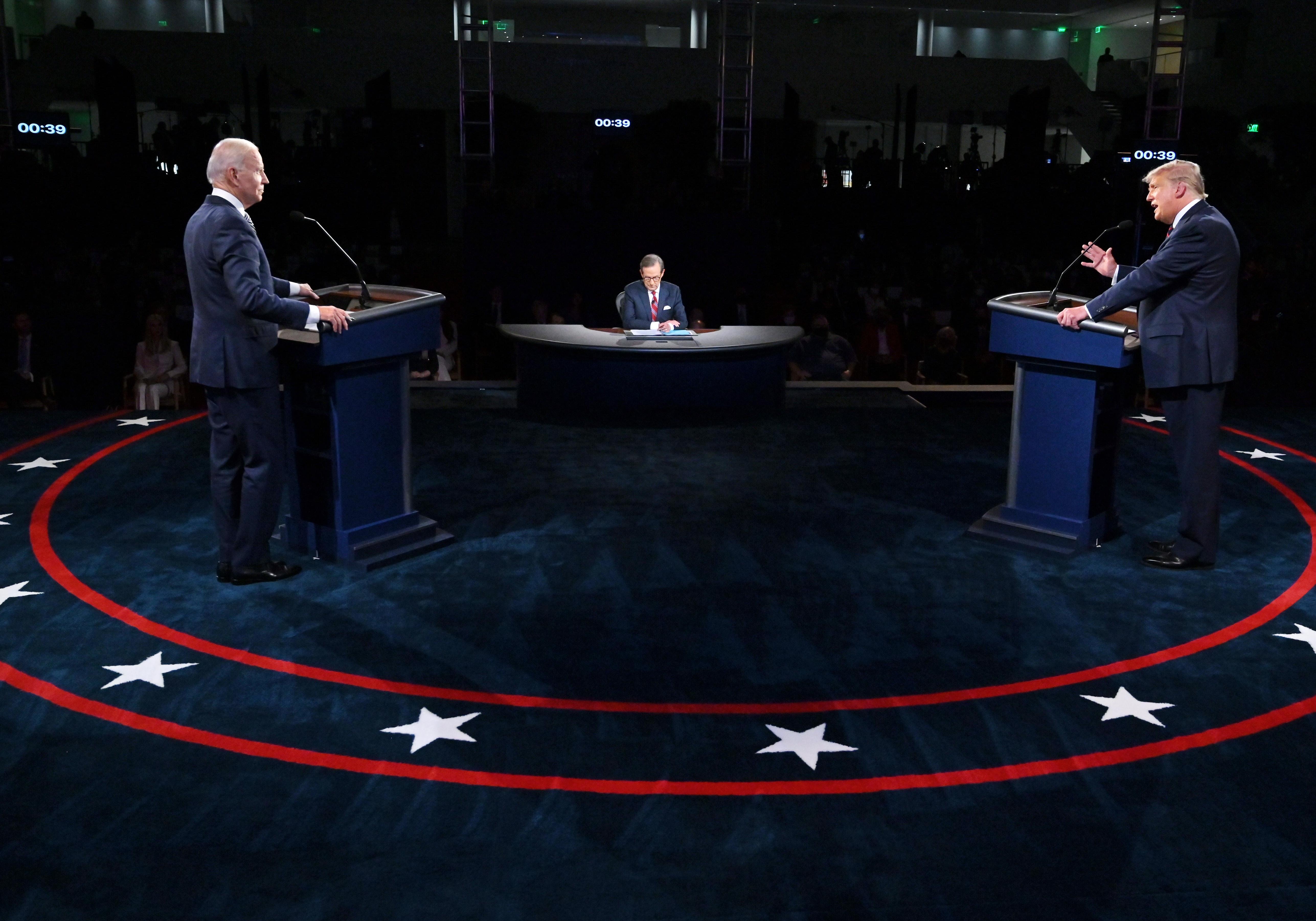 Trump folyamatosan közbeszólt, Biden bohócnak nevezte az elnököt