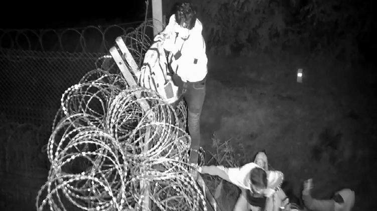 Három embert letartóztattak a határzárnál, miután egy csoport kövekkel dobálta meg a rendőröket
