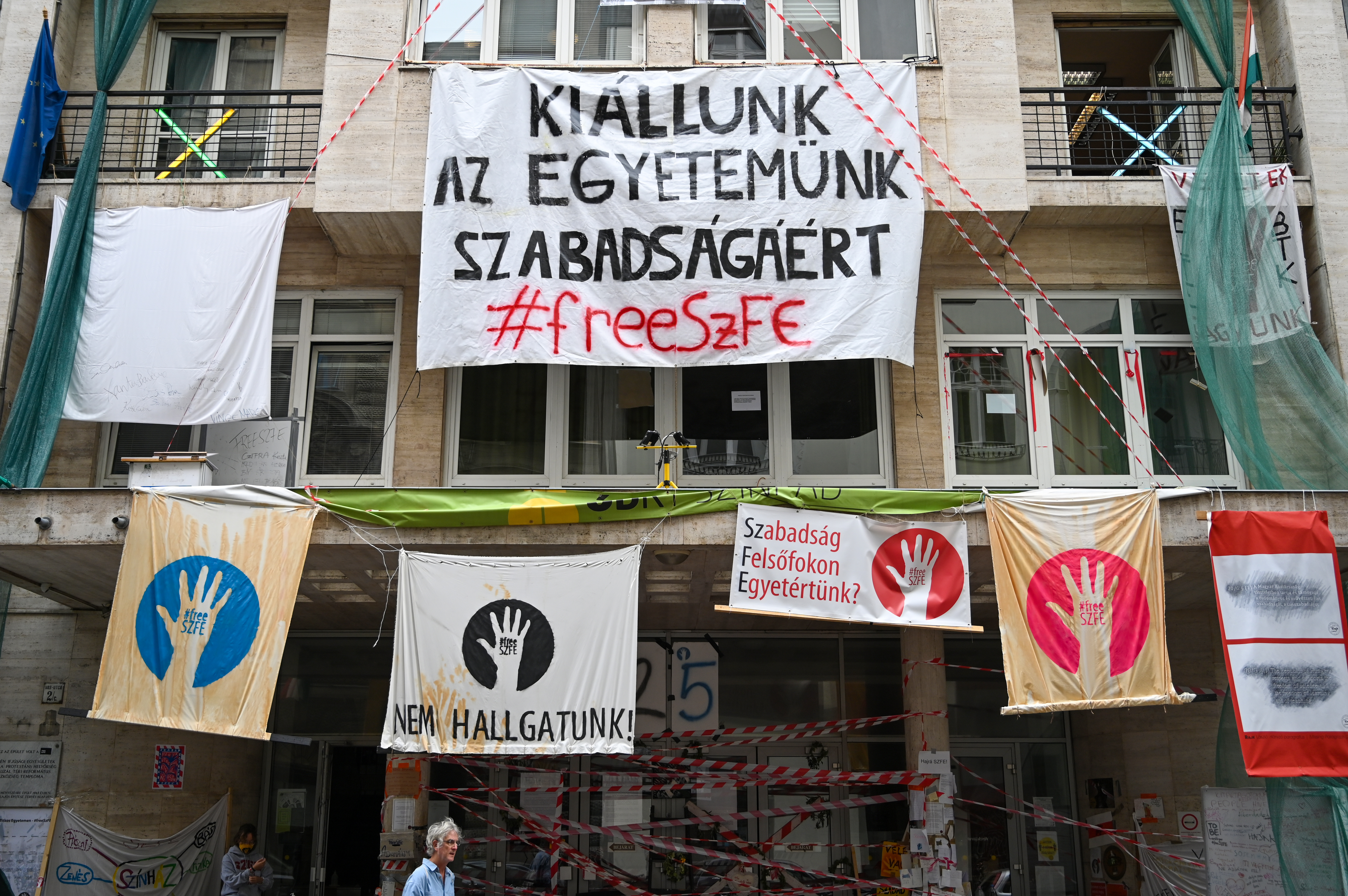 Béremeléssel és büntetlenséggel próbálja megvenni az SZFE új vezetése az autonómiáért tüntető tanárokat és diákokat