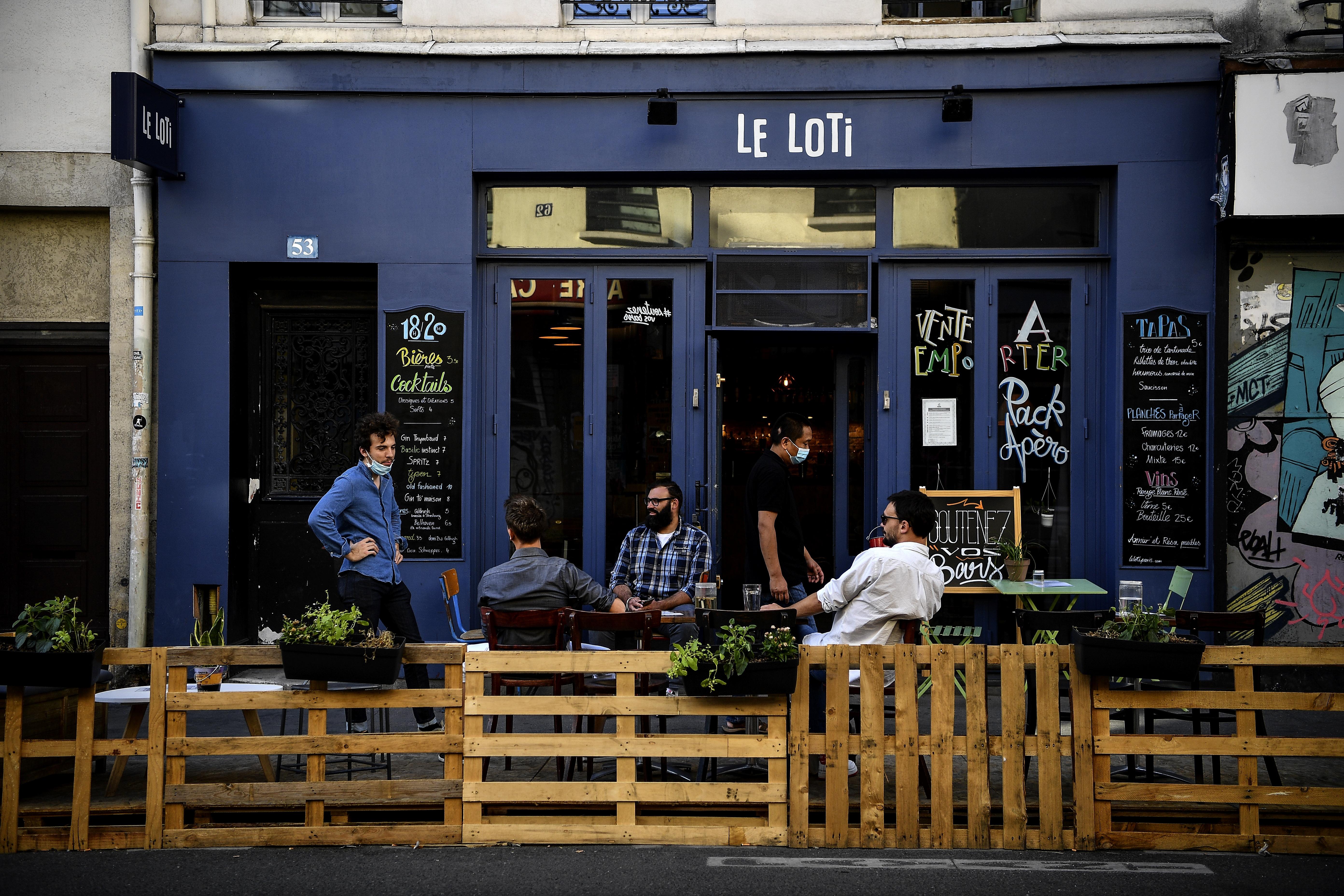 Párizsban közel jutottak ahhoz, hogy újra bezárják a kocsmákat és az éttermeket