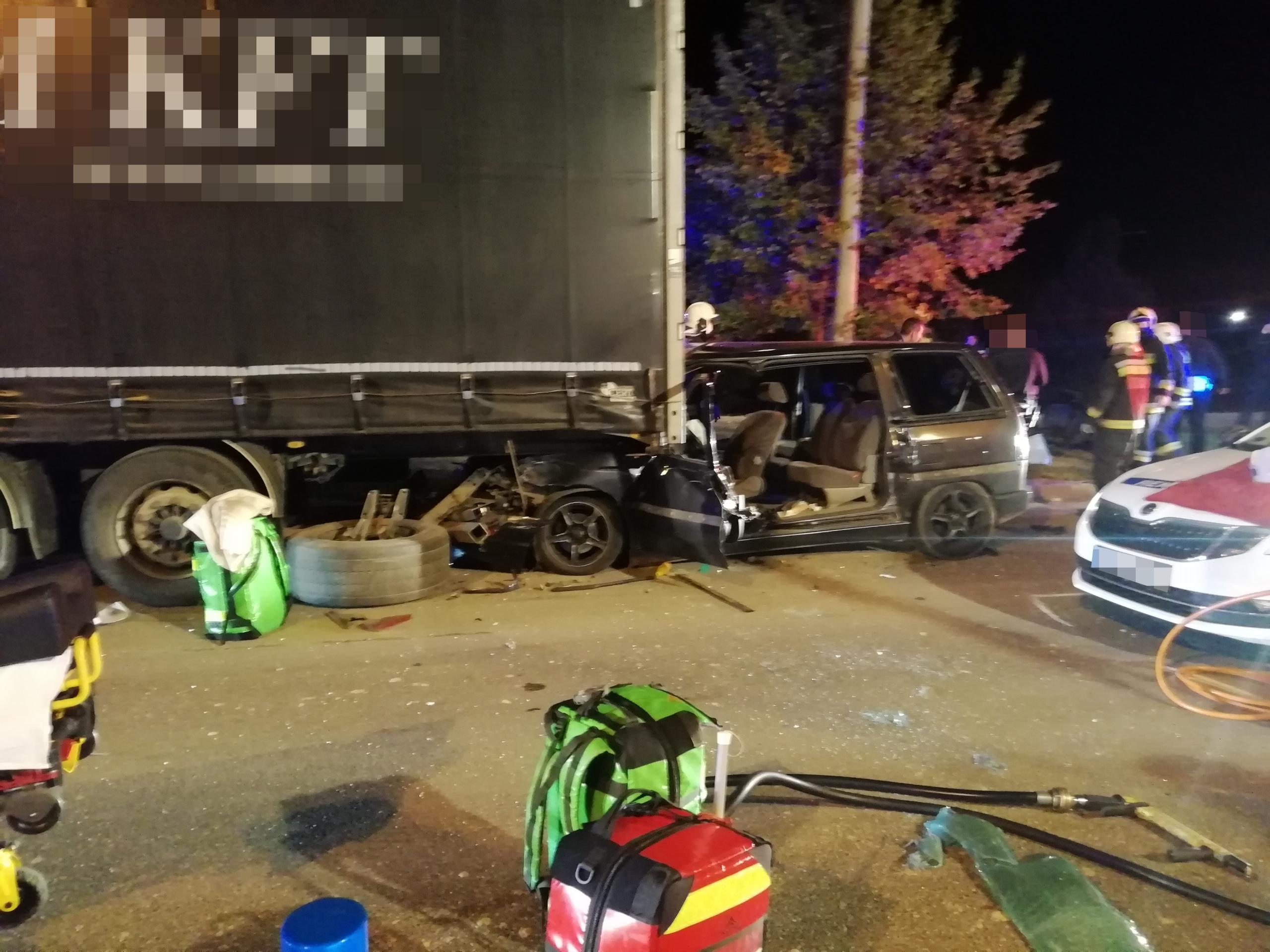 Rendőrautóval és kamionnal ütközött egy embercsempész Veszprémben