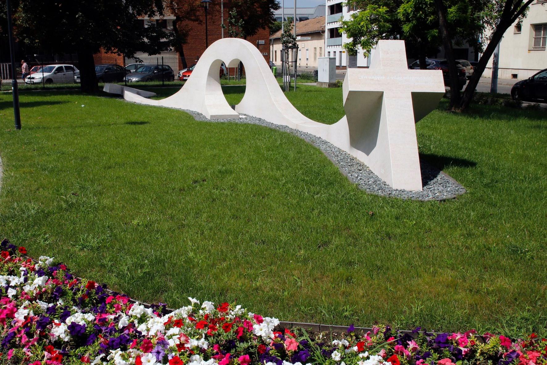 Köztéri döbbenet: Újpesten átadták a Csigamegváltó emlékművét, aki a nyálkájával mossa le az emberek bűneit