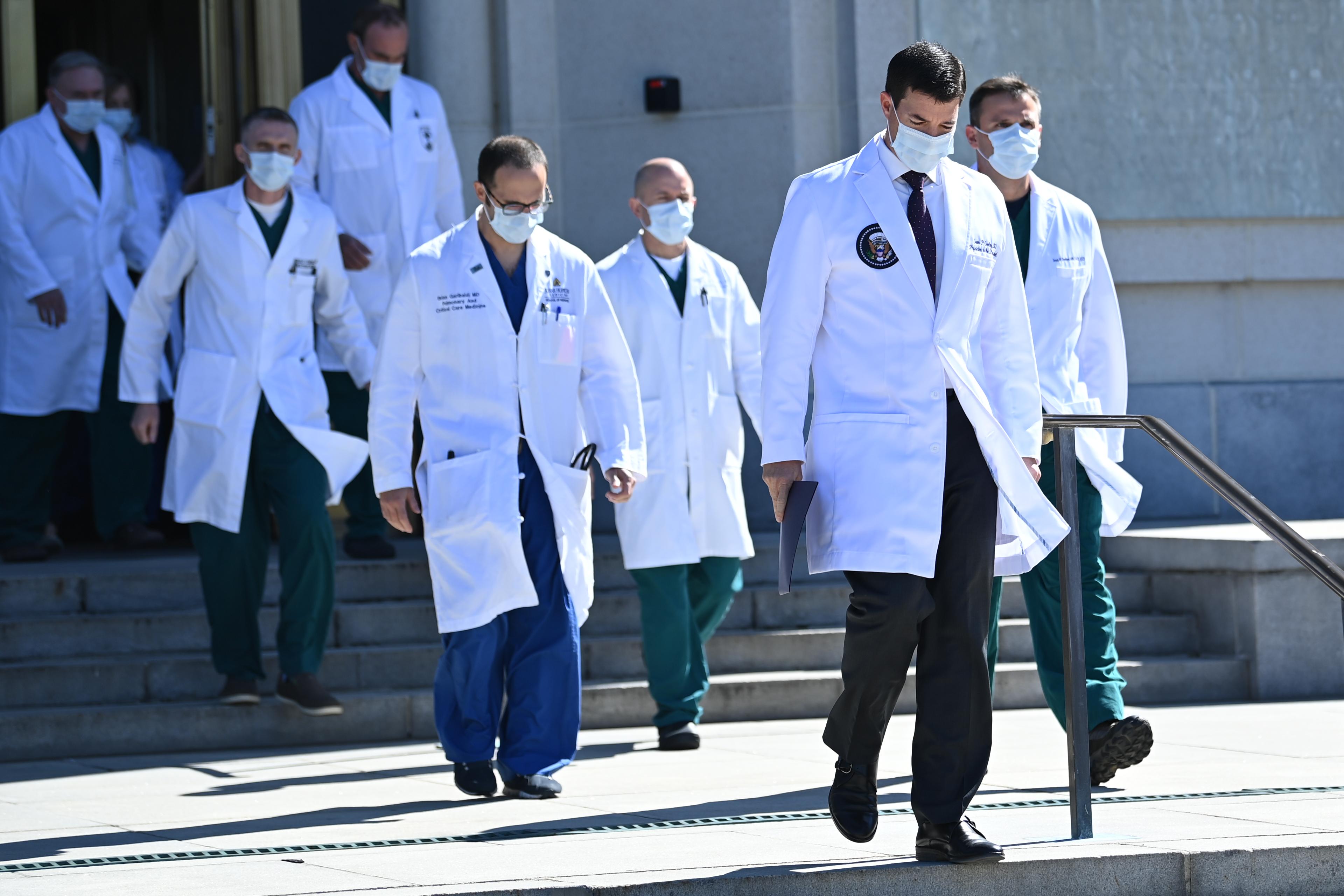 Orvosai szerint Trump jól van, közben ellentmondásos hírek jelennek meg