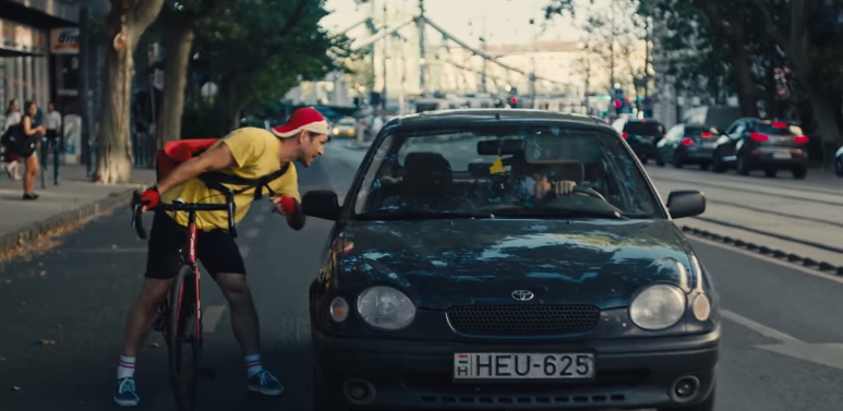 A közlekedők közötti tolerancia fontosságára figyelmeztet a BKK kampányfilmje Nagy Zsolt főszereplésével