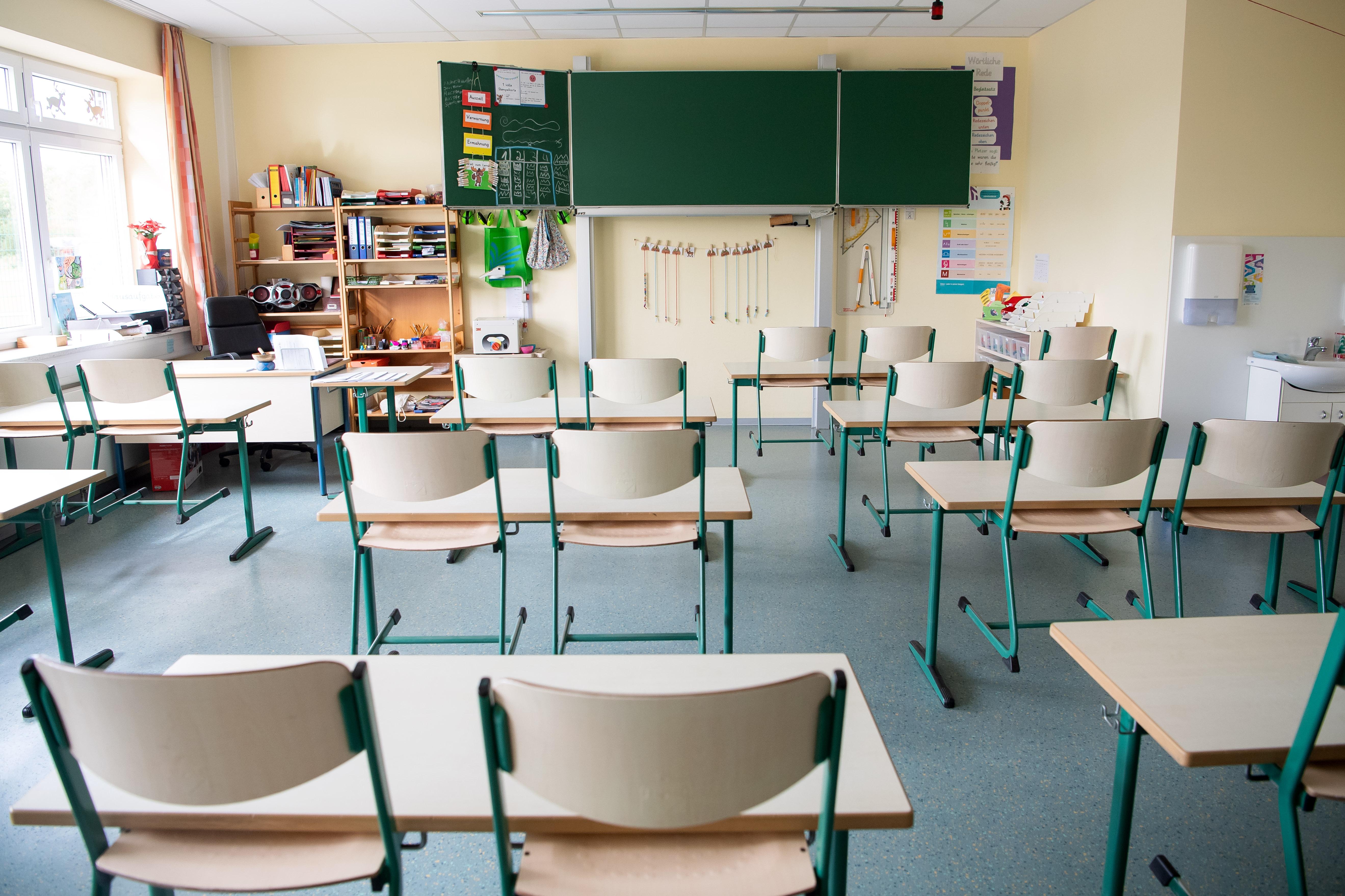 Elrendelhetnek rendkívüli szünetet az iskolák, ha kevés diák jelenik meg személyesen a tanításon, mondja az EMMI