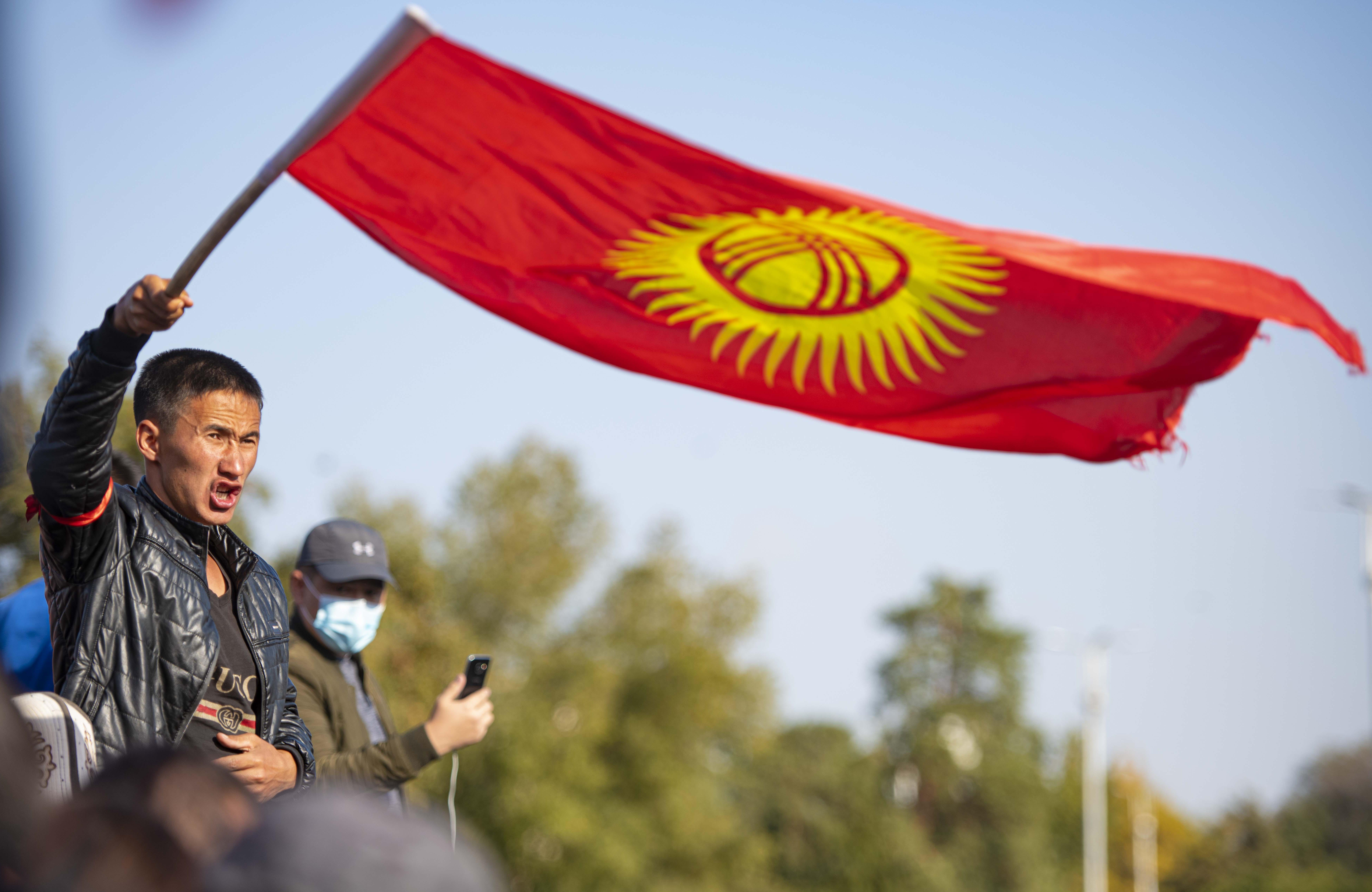 A kirgizisztáni tüntetések hatására érvénytelenítették a választások eredményét