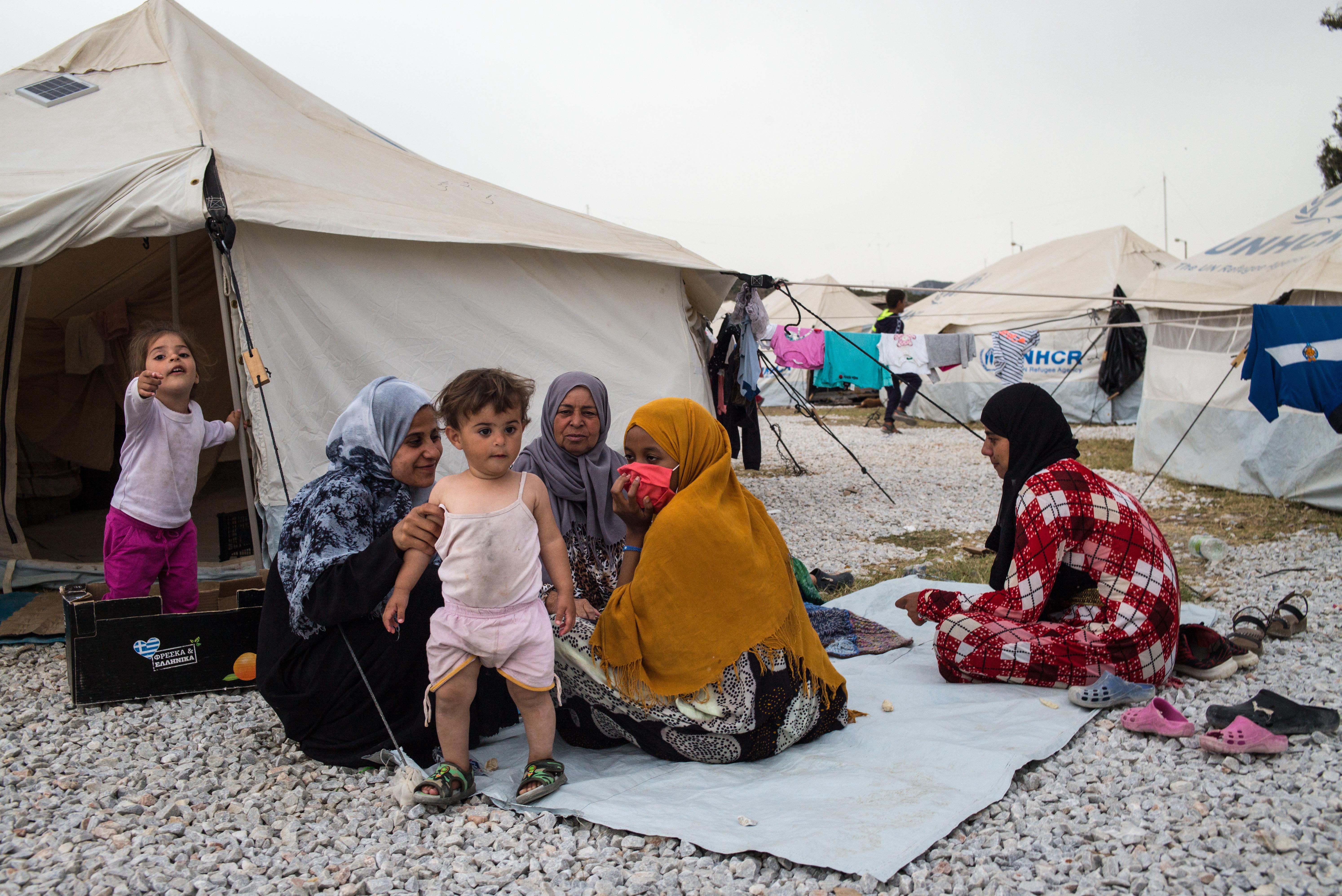 """Az elemeknek kitéve, egy kopár földnyelven tengődik több ezer ember az """"új Moria"""" menekülttáborban"""