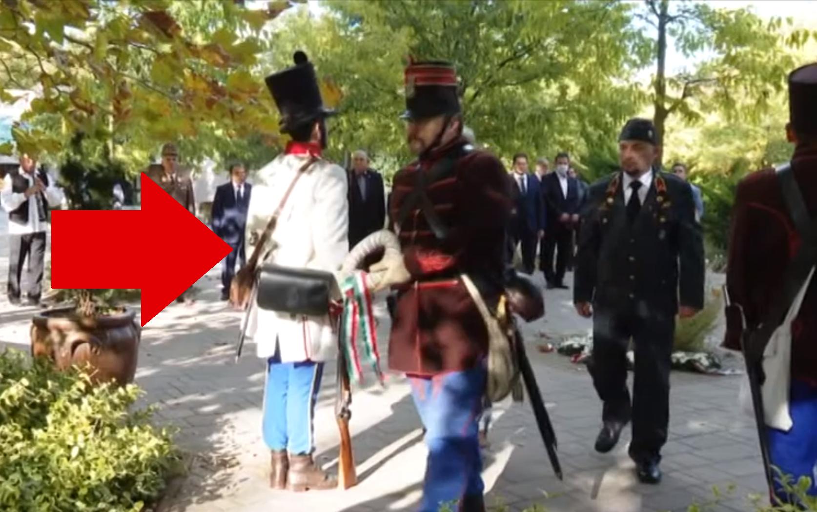 Osztrák egyenruhában állt díszőrséget egy honvéd hagyományőrző az október 6-i megemlékezésen Kecskeméten