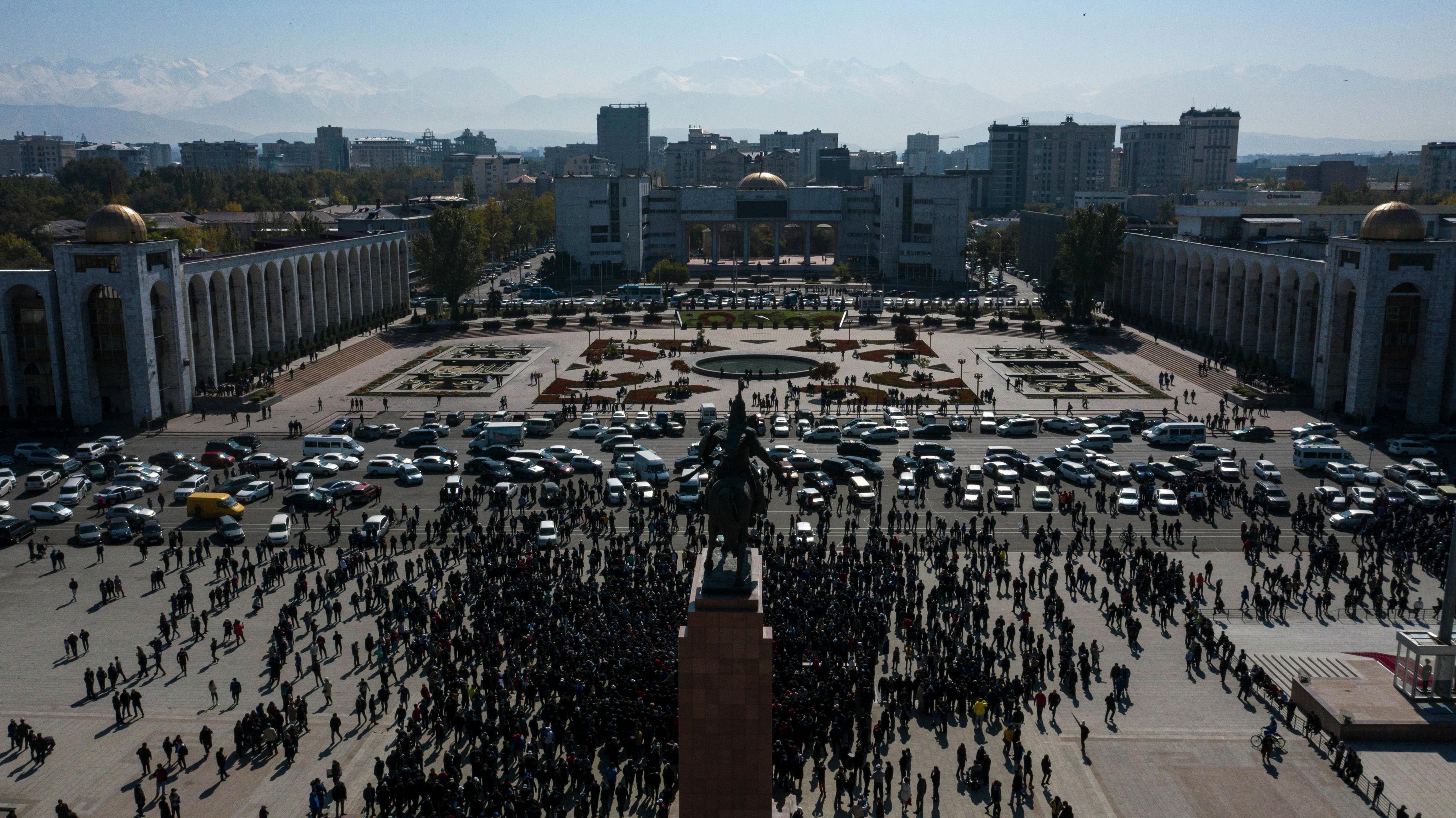Vége a rendkívüli állapotnak Biskekben, a bukott elnököt élete végéig megilletik az előjogok