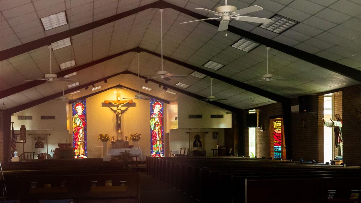 Hármasban szexelt az oltáron a pap, letartóztatták obszcenitásért
