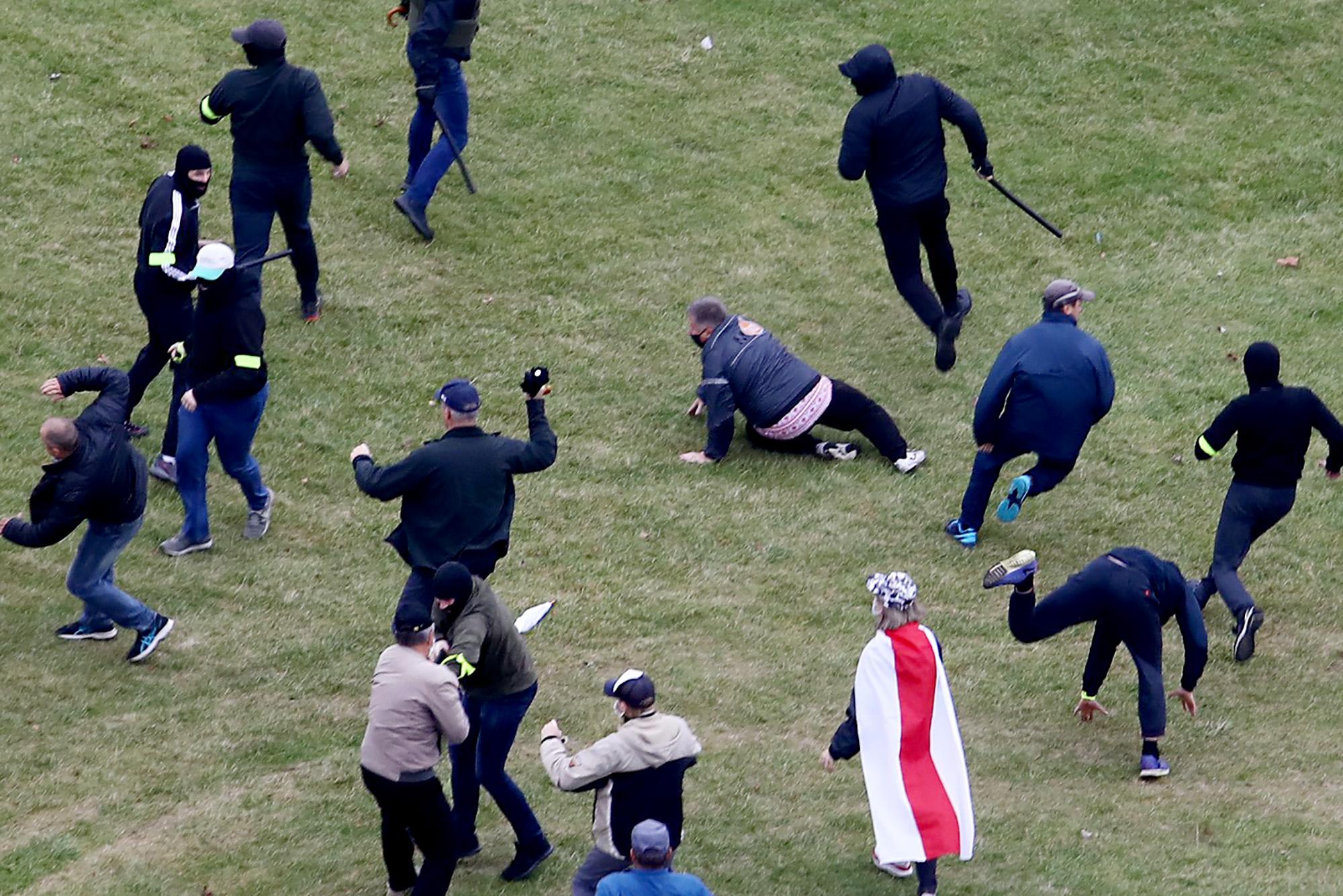 Ütlegelték Minszkben a tüntetőket a rendőrök