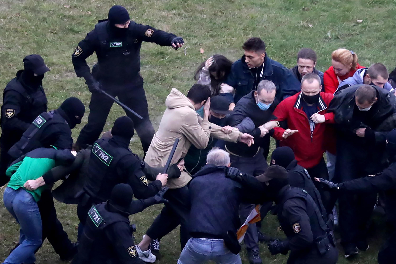 Több mint négyszáz fehérorosz tüntetőt vettek őrizetbe vasárnap