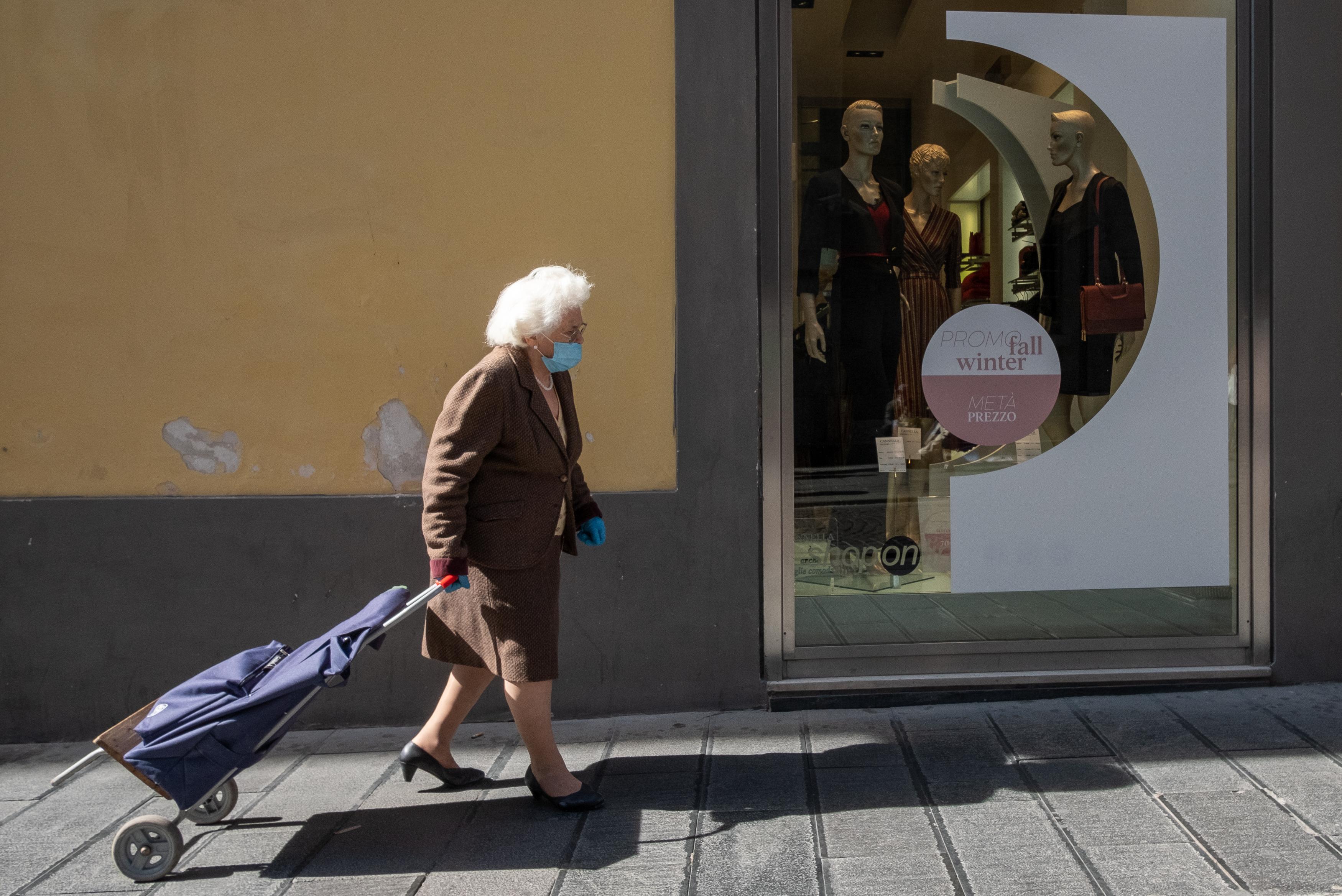 Szombattól nem lesz külön sáv, amiben csak az idősek mehetnek vásárolni