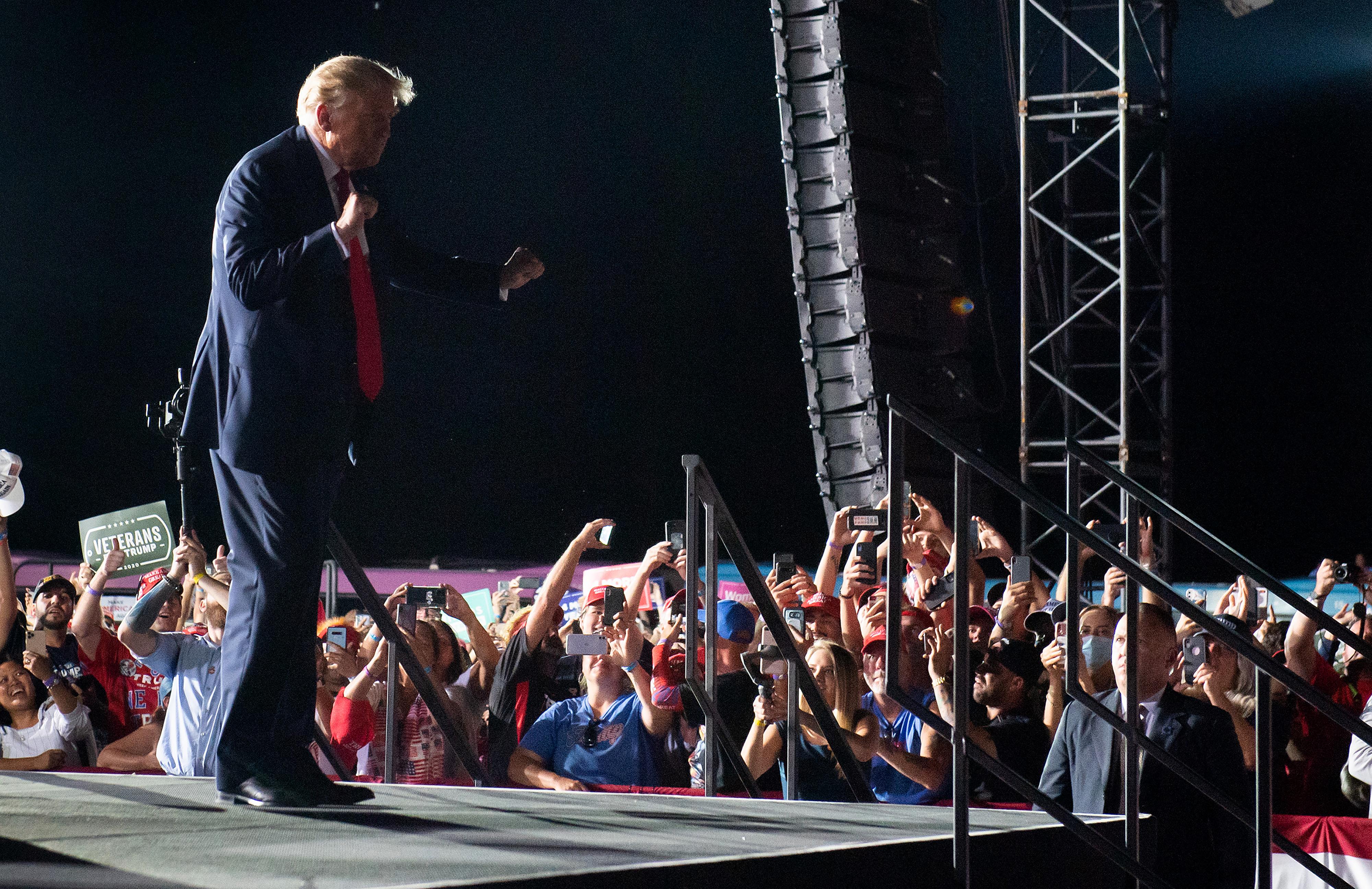 Videón, ahogy Trump a Y.M.C.A-re táncol