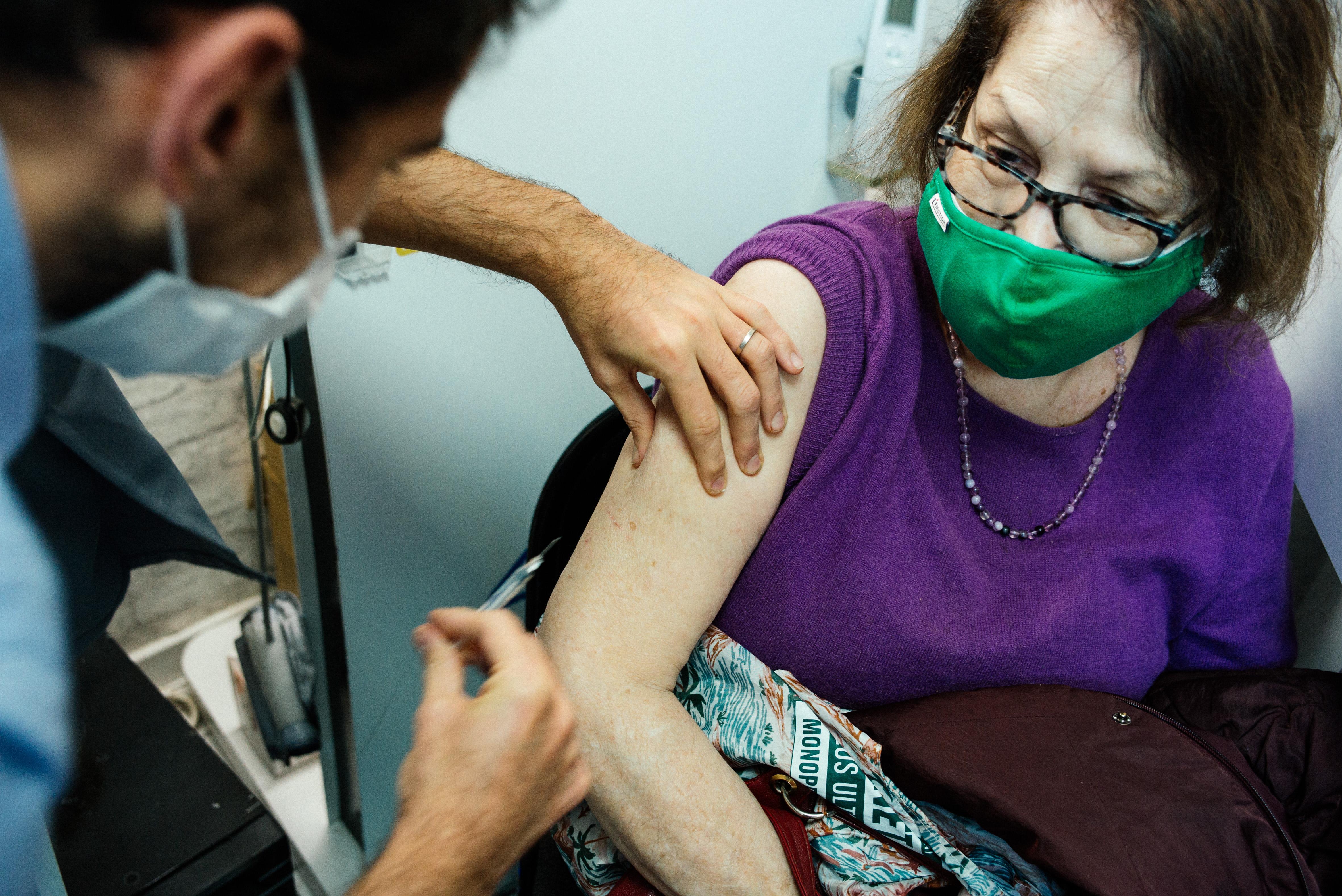 Miközben a kormány ingyenessé tette az influenzaoltásokat, csak ugyanannyi vakcinát rendelt, mint tavaly