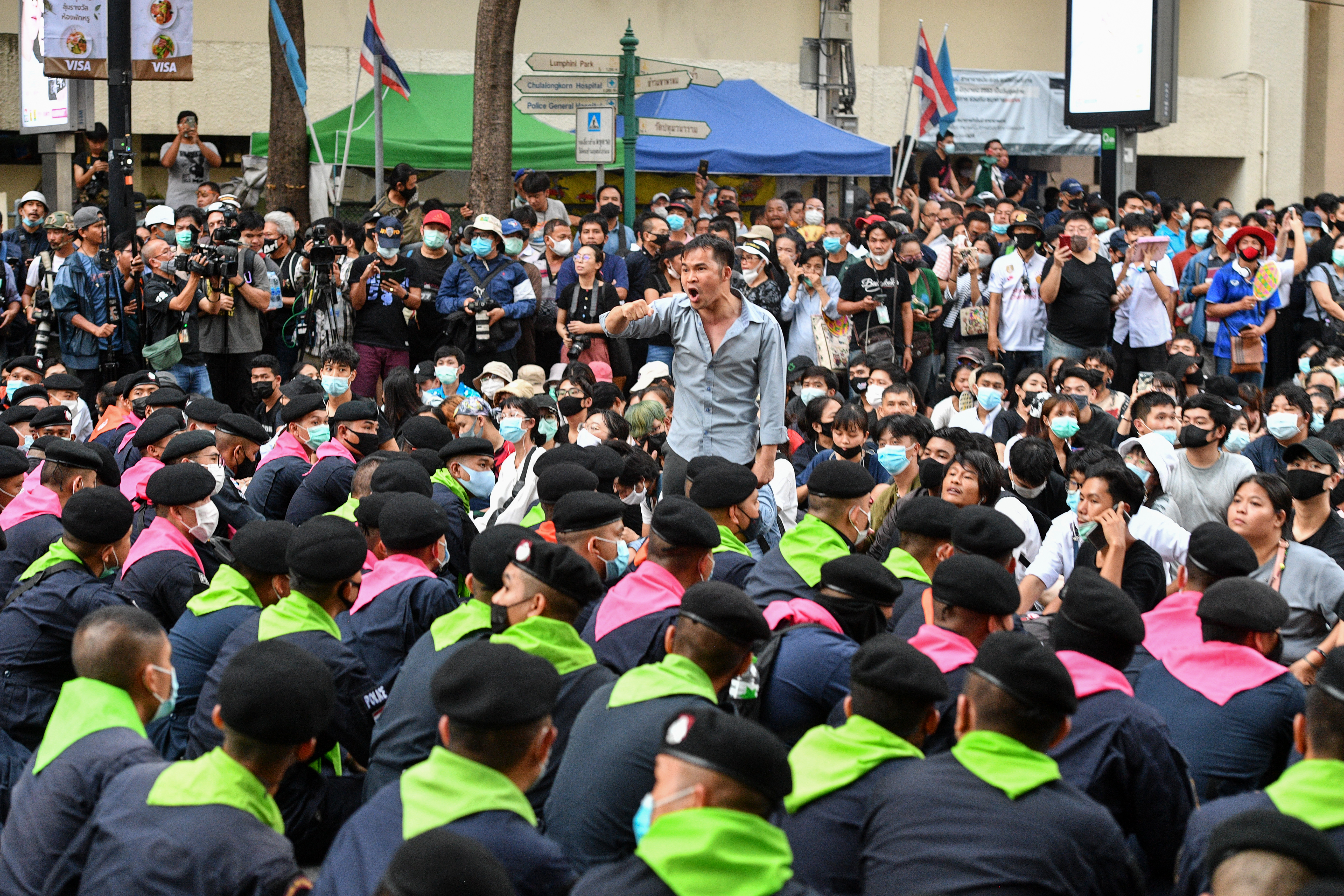 Lekapcsoltatott egy kormánykritikus tévécsatornát a thaiföldi bíróság, mert tudósítottak a napok óta tartó demokráciapárti tüntetéssorozatról