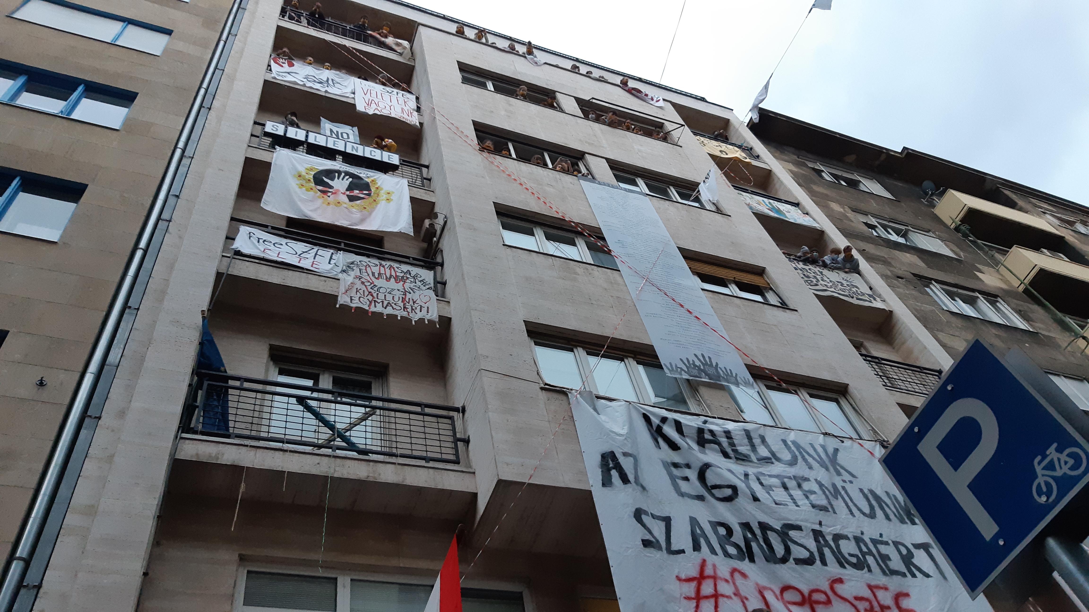 Az SZFE Rákóczi úti épületét is elfoglalták a hallgatók