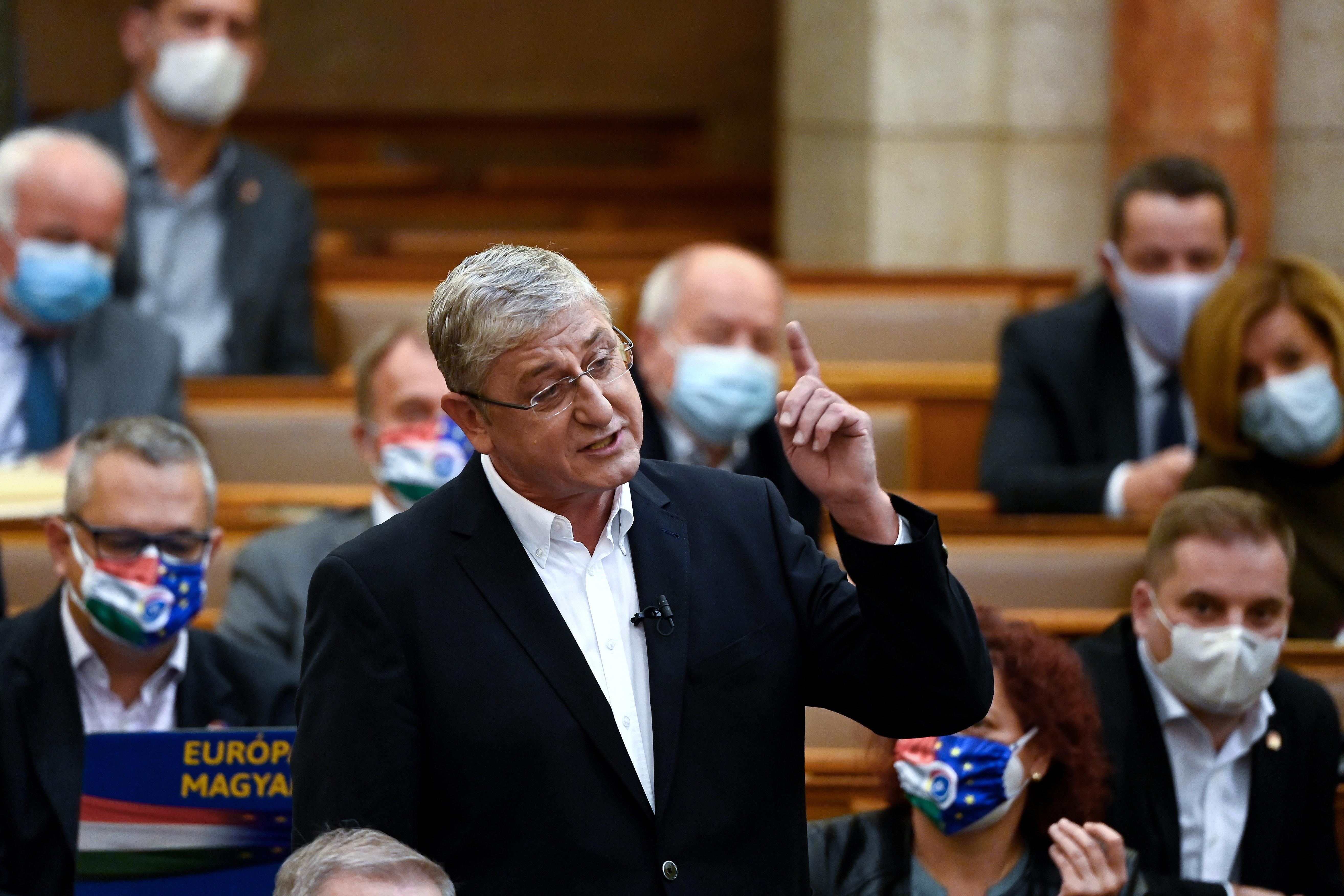 Fekete fóliák mögött retteg a népvándorlástól, a járványoktól és Gyurcsánytól a Fidesz parlamenti frakciója