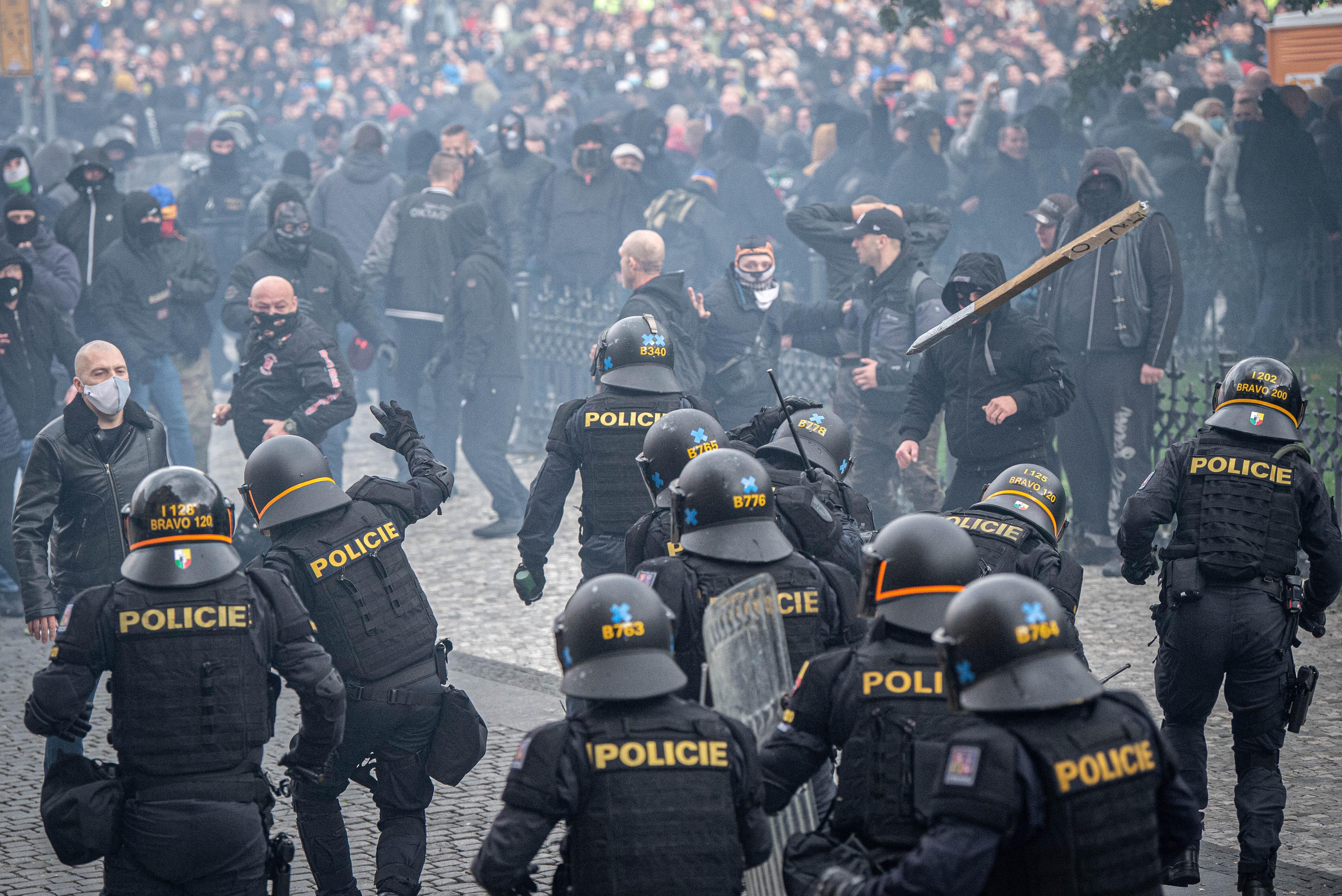 A koronavírus-óvintézkedések ellen tüntetők csaptak össze a rendőrökkel Prágában