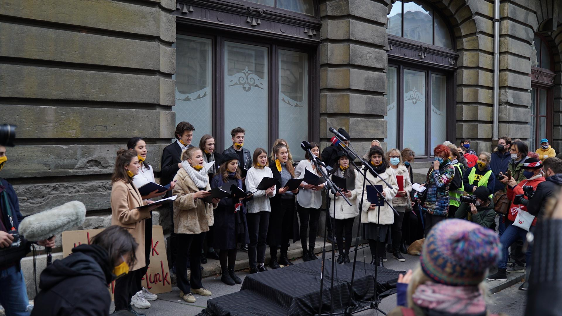 Az Innovációs és Technológiai Minisztérium előtt tüntettek az autonómiáért az SZFE hallgatói