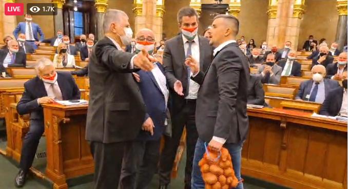 Jakab Péter egy zsák krumplit rakott volna Orbán elé a parlamentben, Kocsis Máté nem hagyta