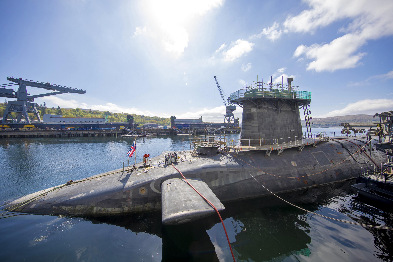Részegen, egy zacskó csirkét szorongatva állított be dolgozni egy tengeralattjáróra a brit haditengerészet nukleáris fegyverekért felelős tengerésztisztje