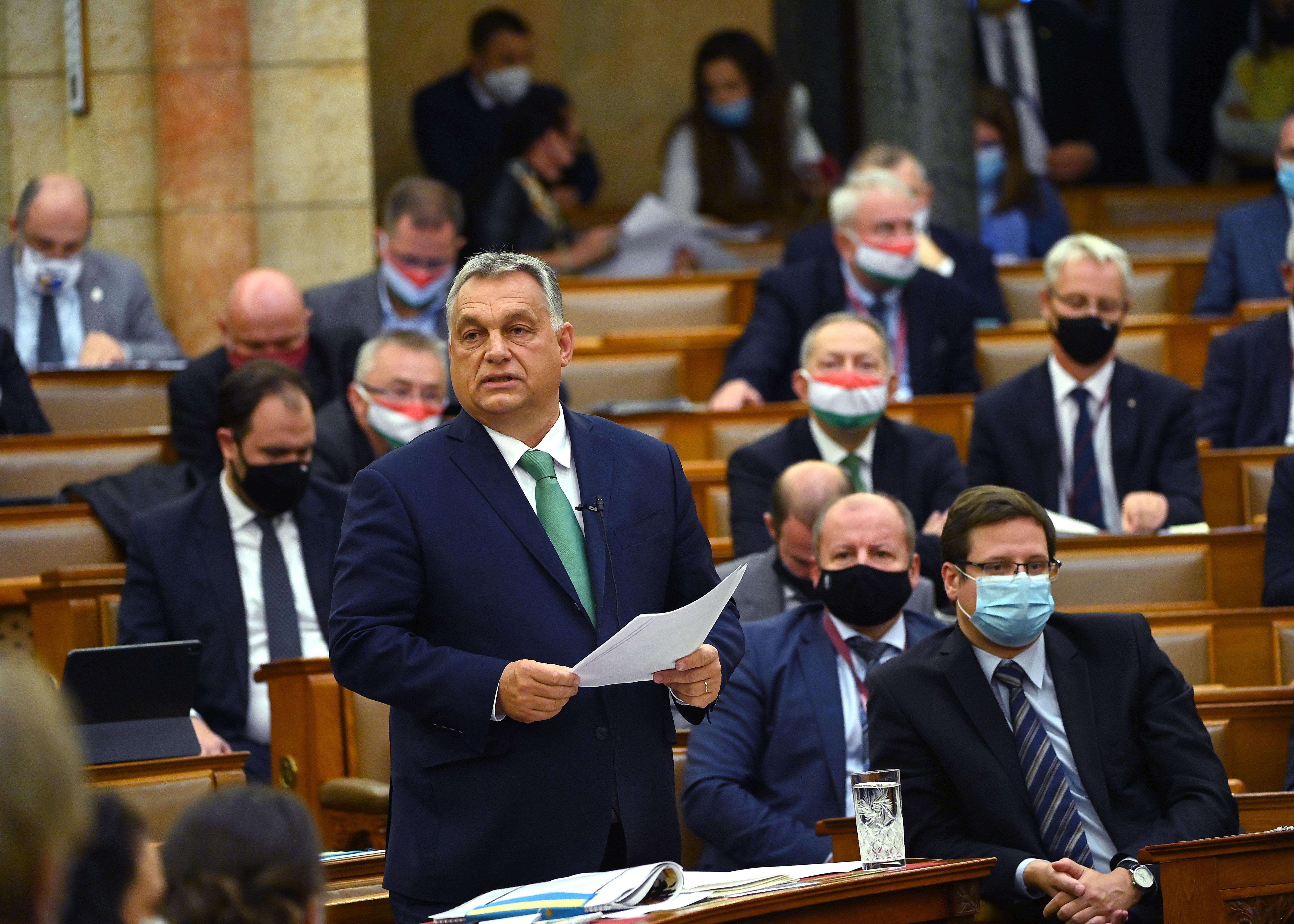 A Parlamentben kérdezték Orbánt, aki szinte mindenre azt felelte, hogy az ellenzék állítsa le az oltásellenes kampányát