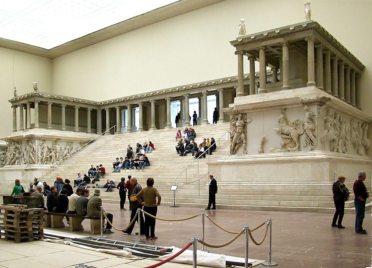 Elhitték, hogy Angela Merkel embert szokott áldozni a berlini Pergamon múzeum híres Pergamon oltárán, támadásba lendültek