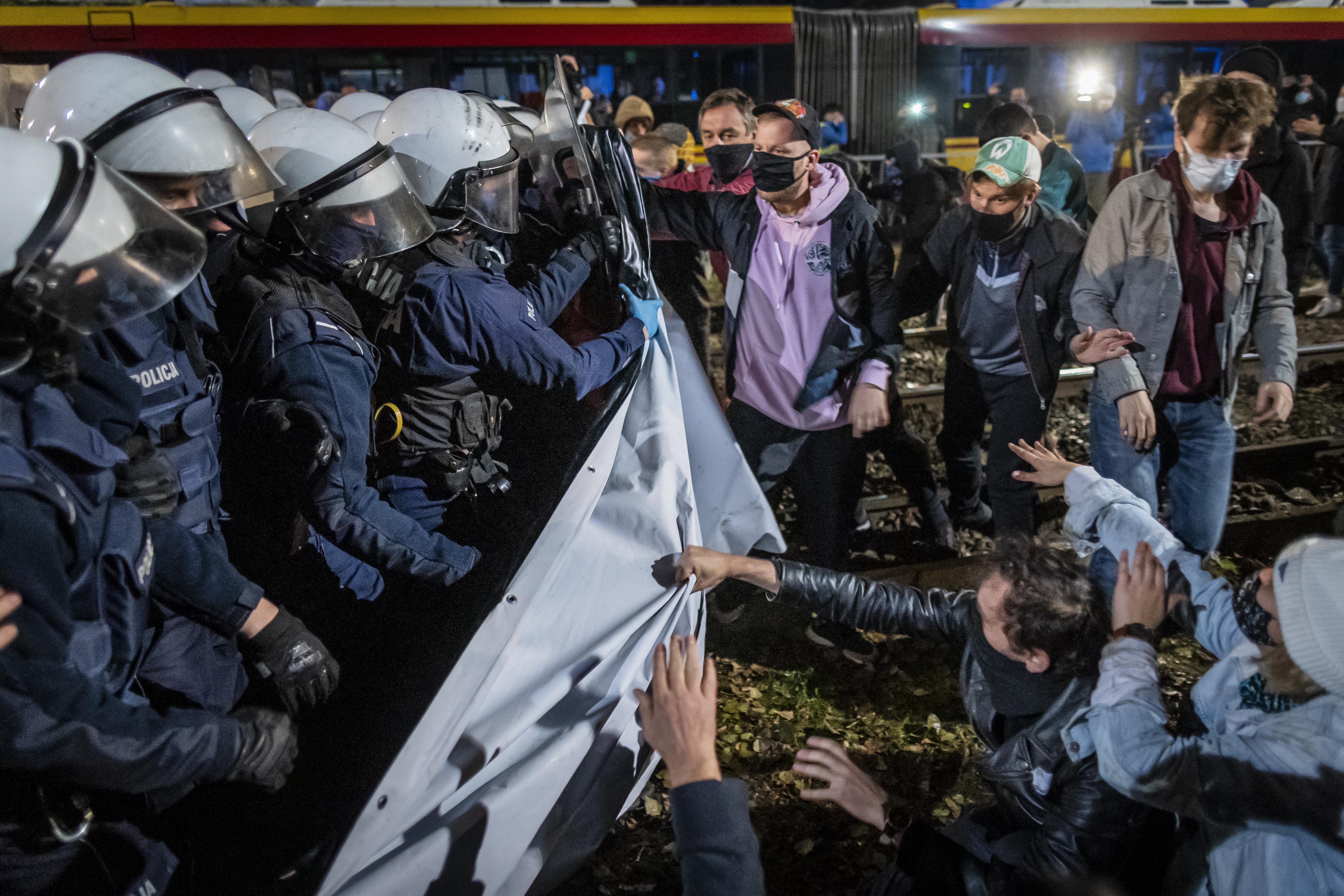 Könnygázzal oszlatták Kaczyński háza előtt a beteg magzatok abortálását tiltó törvény ellen tüntetőket