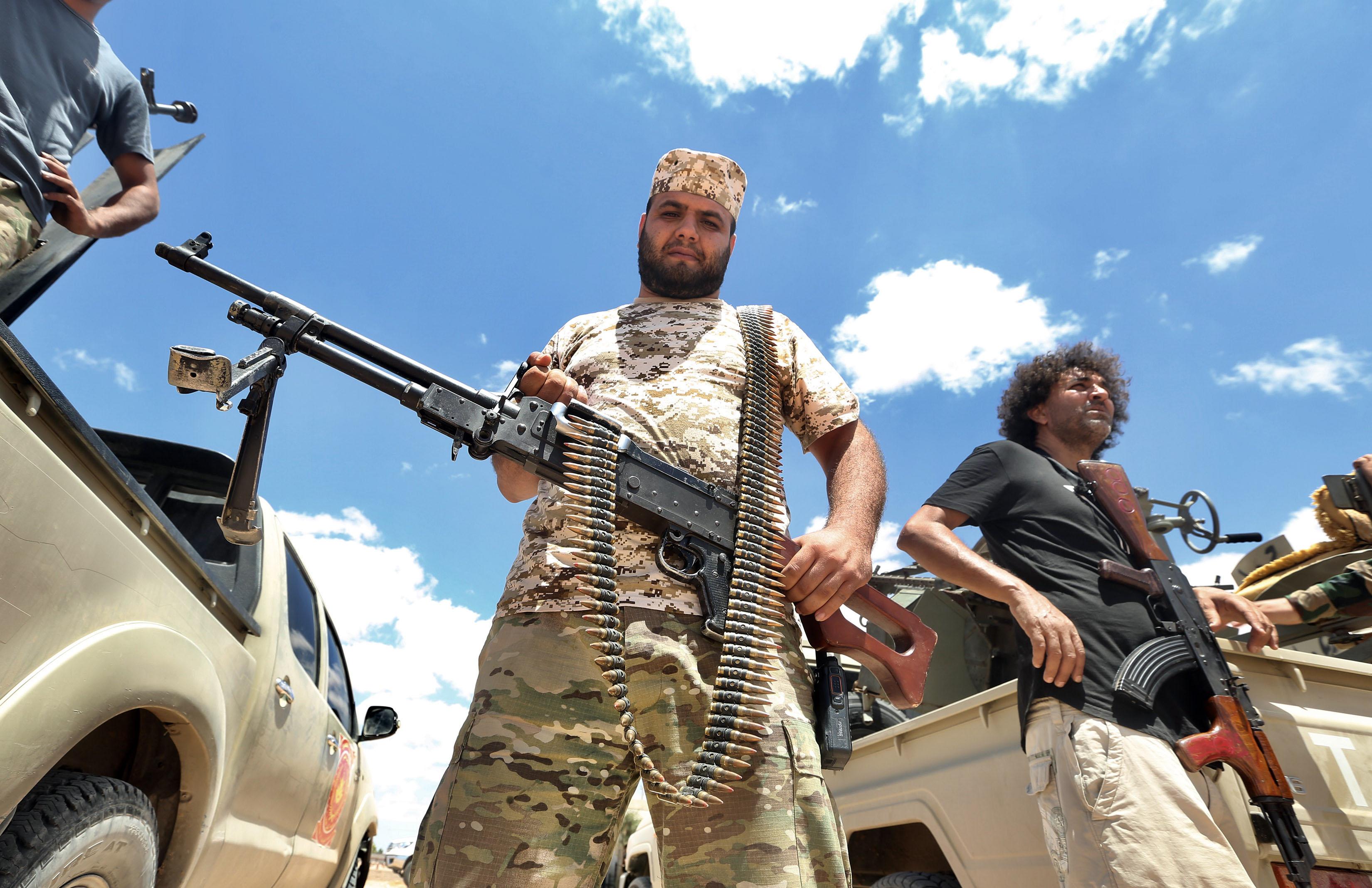 Fegyverszünetet kötöttek az egymás ellen harcoló líbiai kormányok