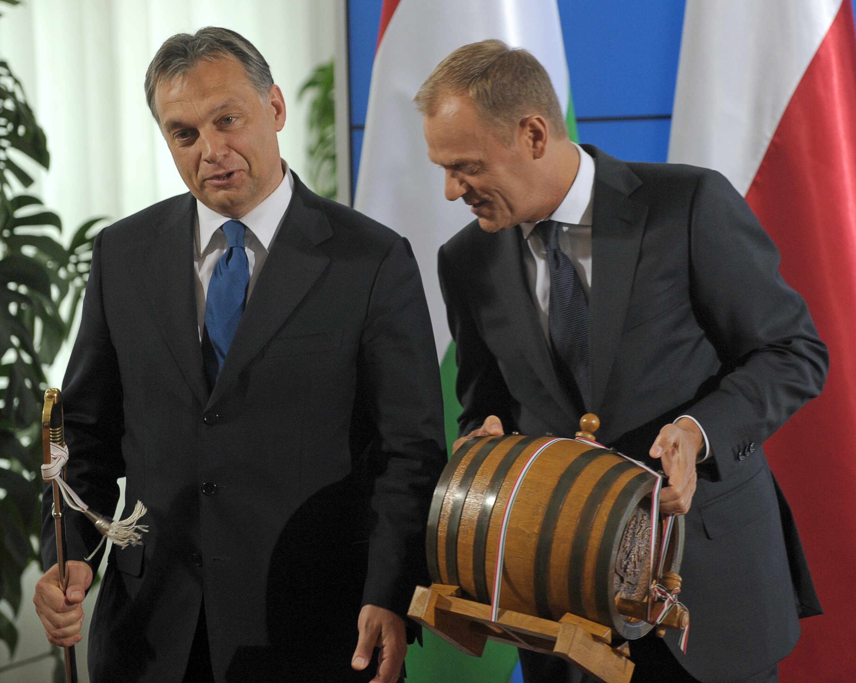 Donald Tusk szerint Orbán Viktor egy korcs demokráciát teremt meg