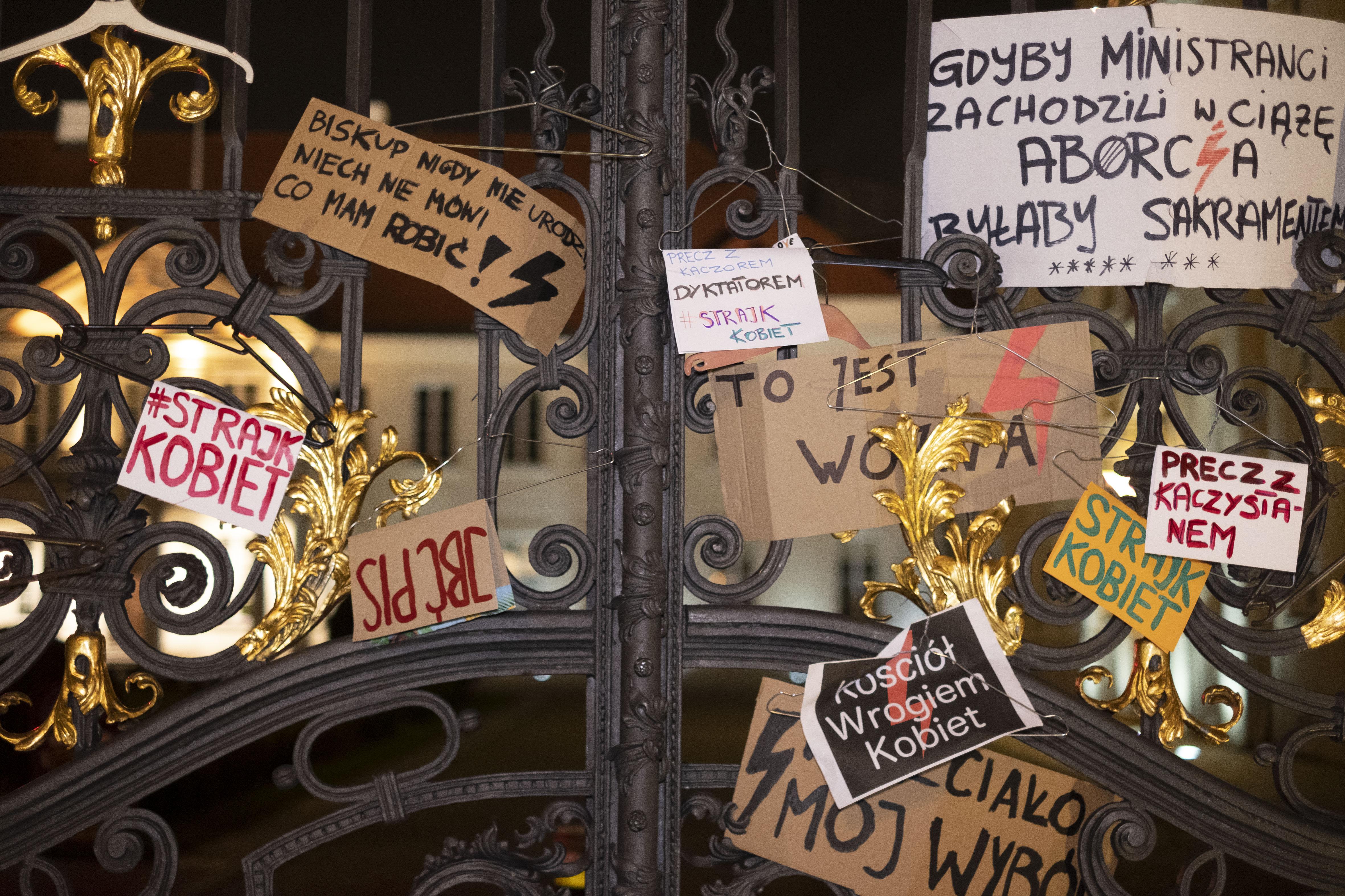 Vasárnapi misék alatt tüntettek a lengyel nők az új abortusztörvény ellen