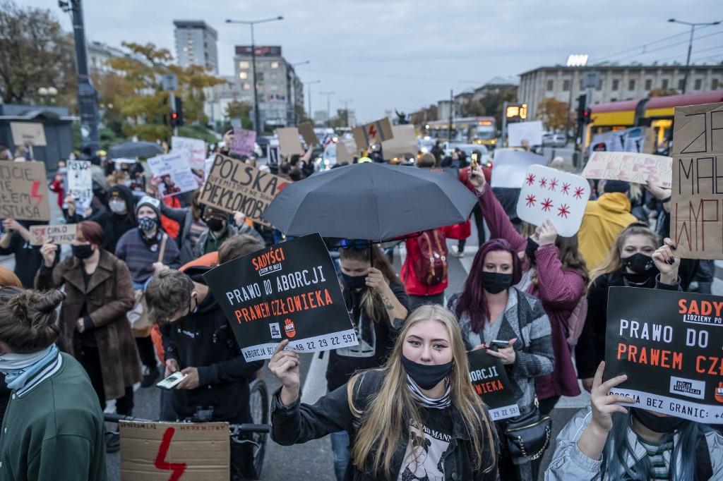 A katonai rendőrség bevetésével fenyegeti a lengyel kormány a tüntető nőket