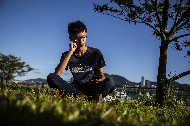 Az amerikai konzulátus mellől hurcoltak el egy hongkongi diákvezért