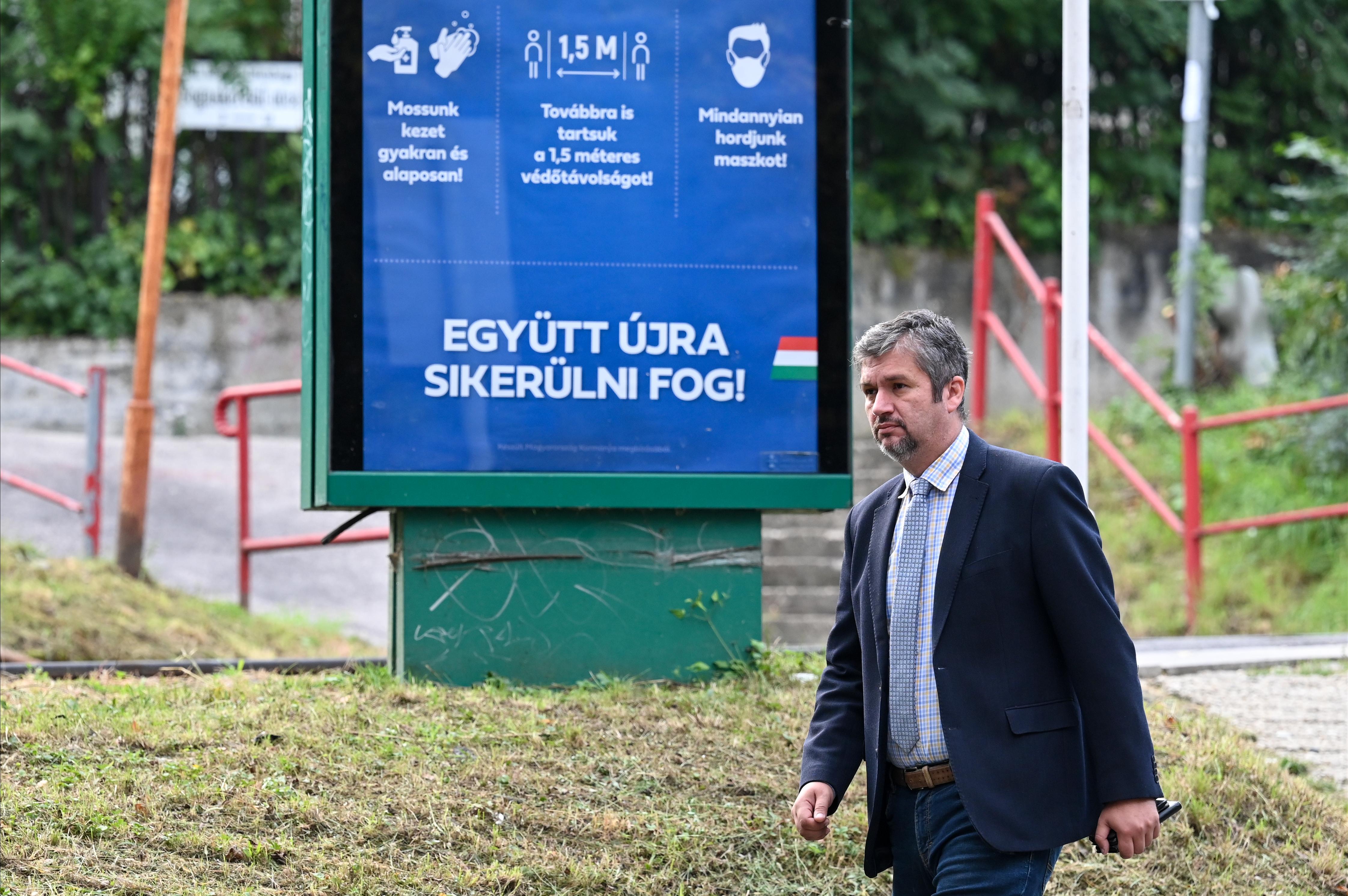 A Momentum és az MKKP kiáll Hadházy mellett, akit Horváth Csaba perrel fenyeget