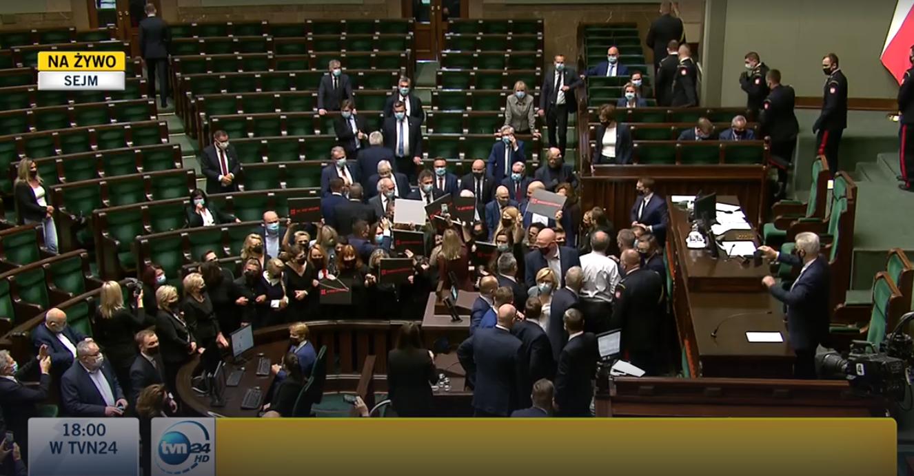 Ellenzéki képviselők foglalták el a parlament szónoki emelvényét Lengyelországban, az őrséggel vezették ki őket