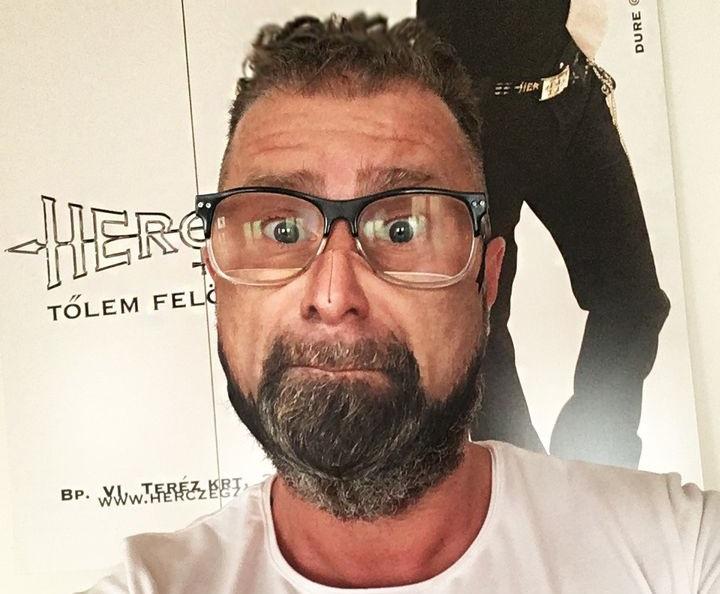 Herczeg Zoltán maszkot csinált a saját arcából