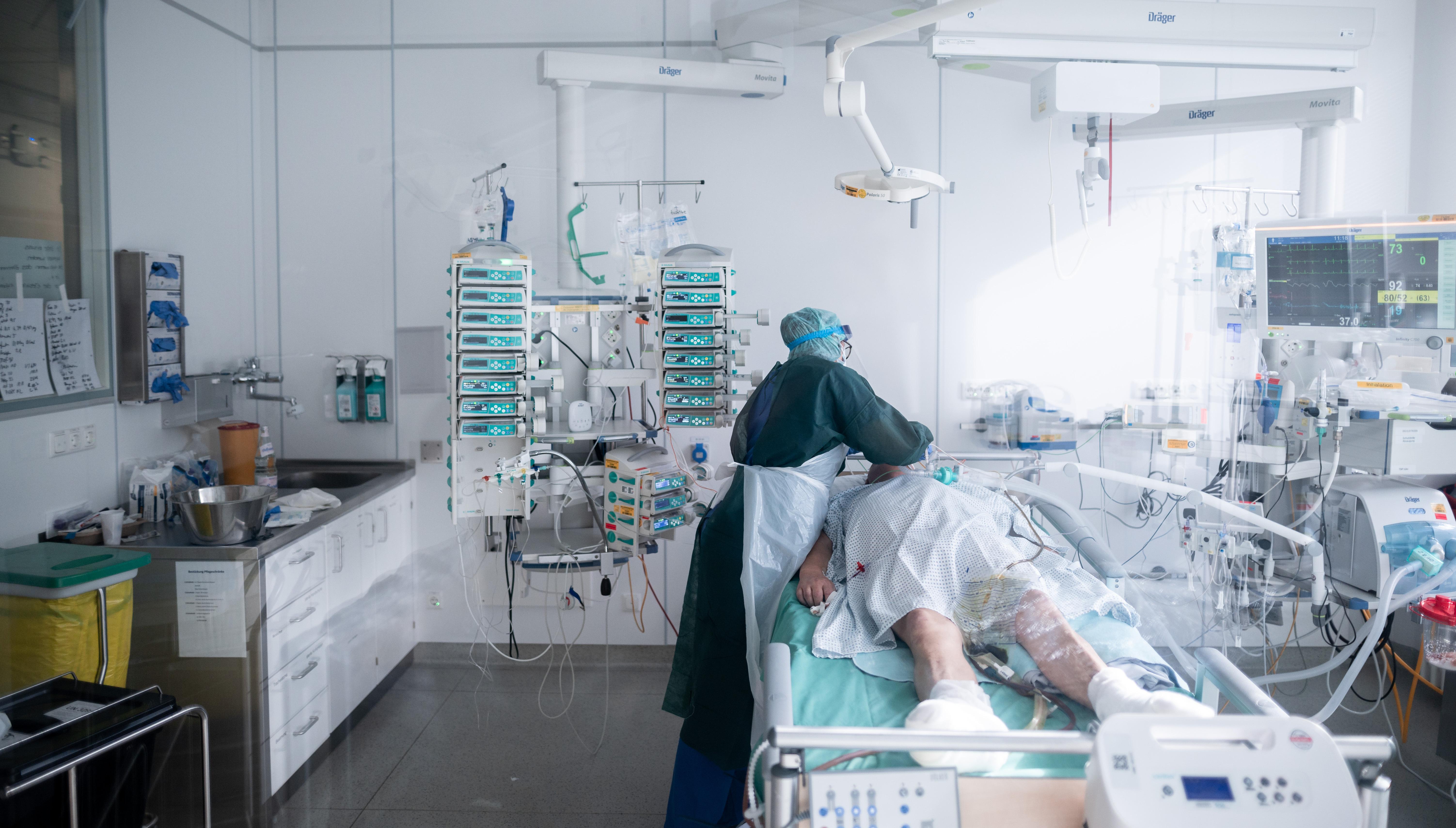 Levélben szólította fel a kórházakat Müller Cecília, hogy mindenképp engedjék be a Covid-osztályokon haldoklók hozzátartozóit