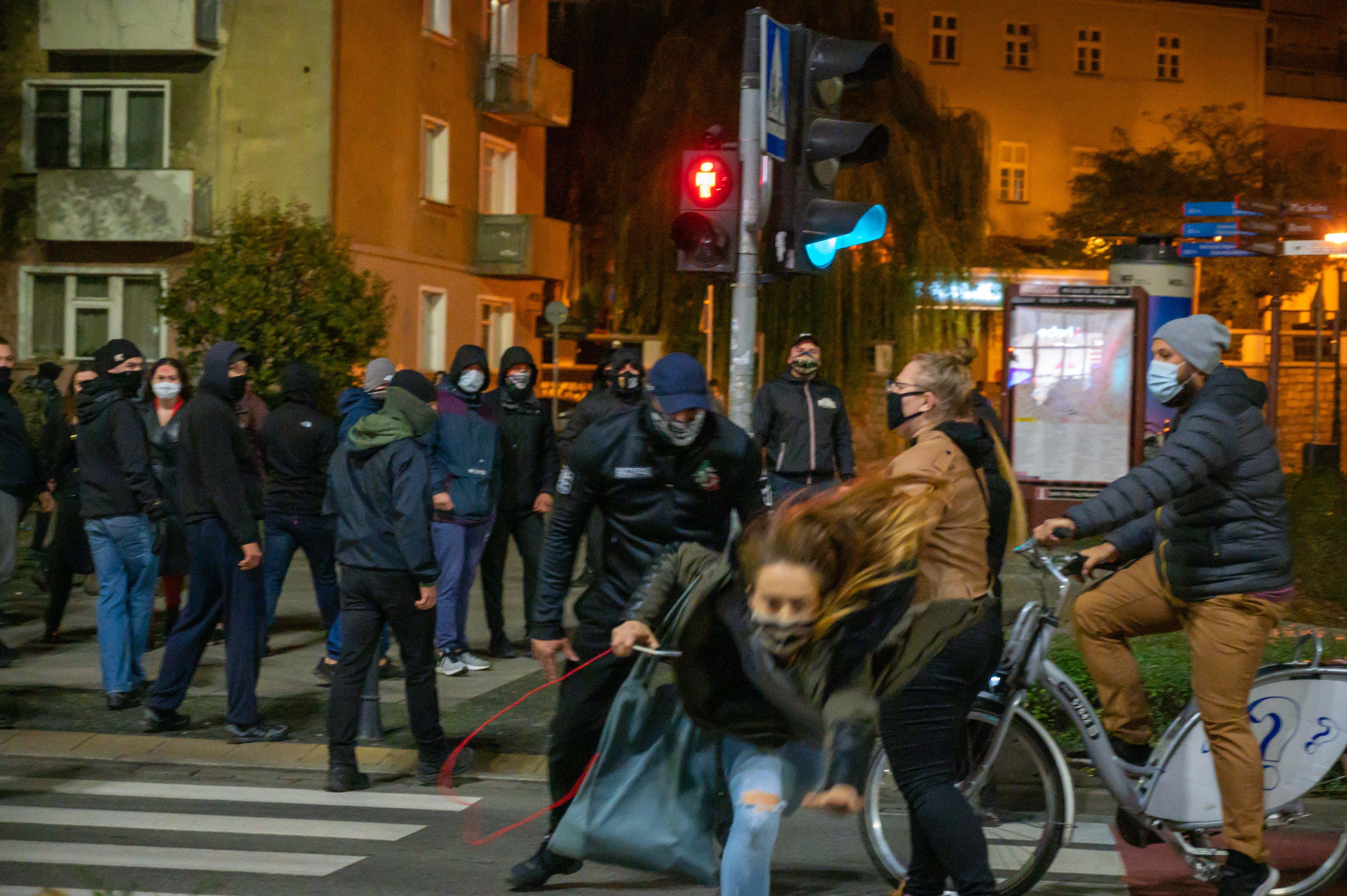 Feketébe öltözött kopaszok kövekkel és botokkal támadtak az abortuszjogok korlátozása ellen tüntetőkre Wroclawban