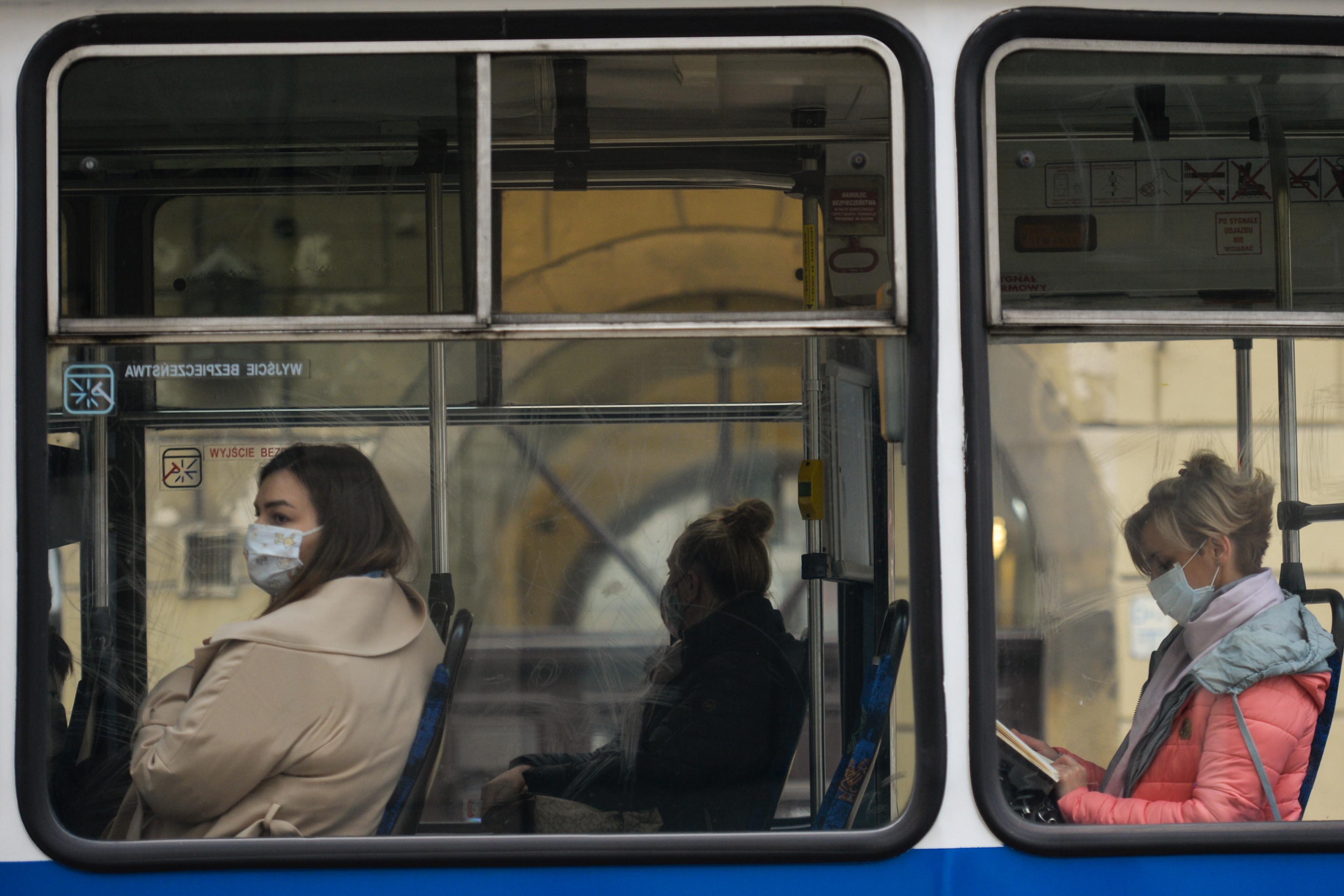 Kötelezővé teszik a maszkviselést az amerikai tömegközlekedésen