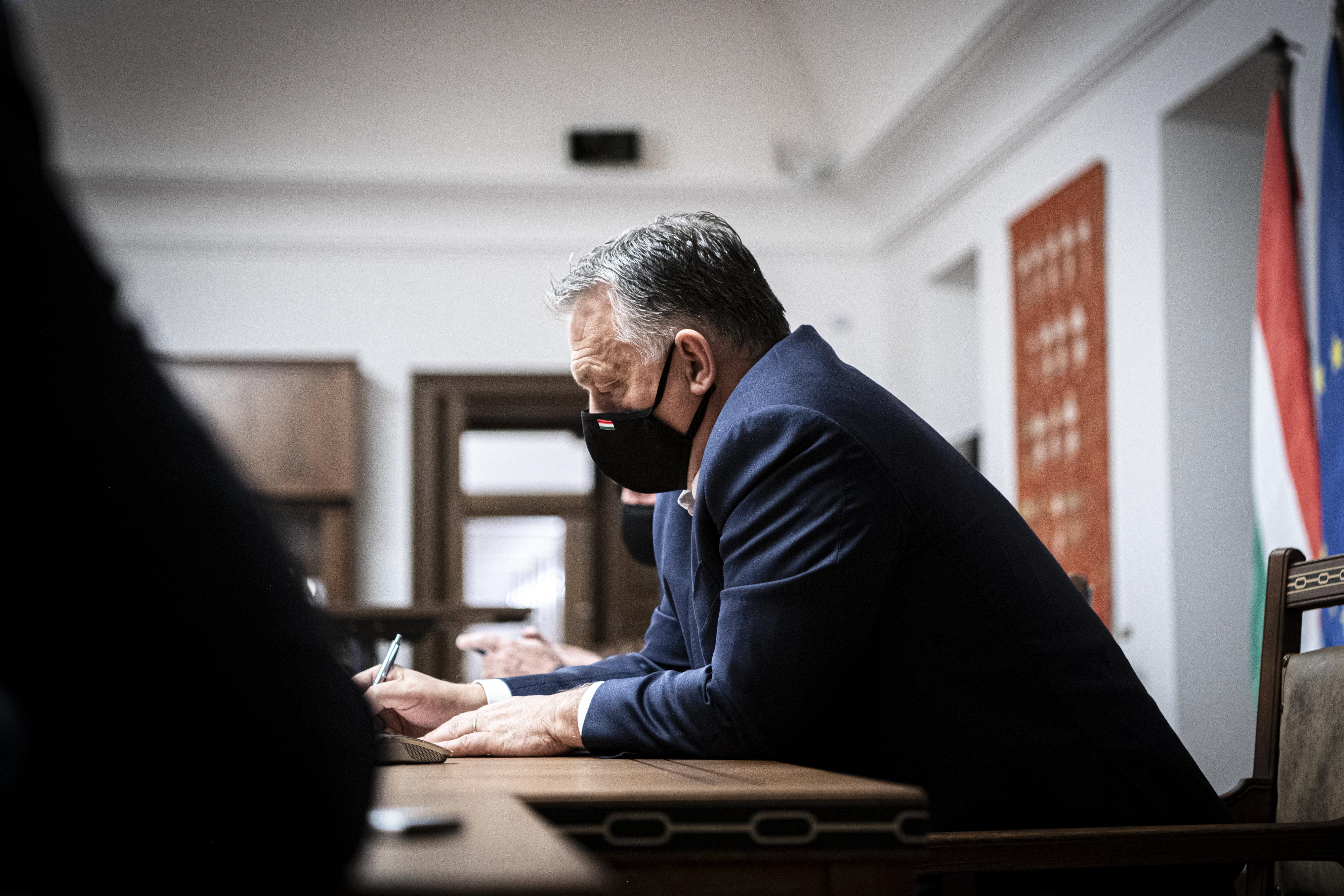 Szájmaszkban videókonferenciázott Orbán