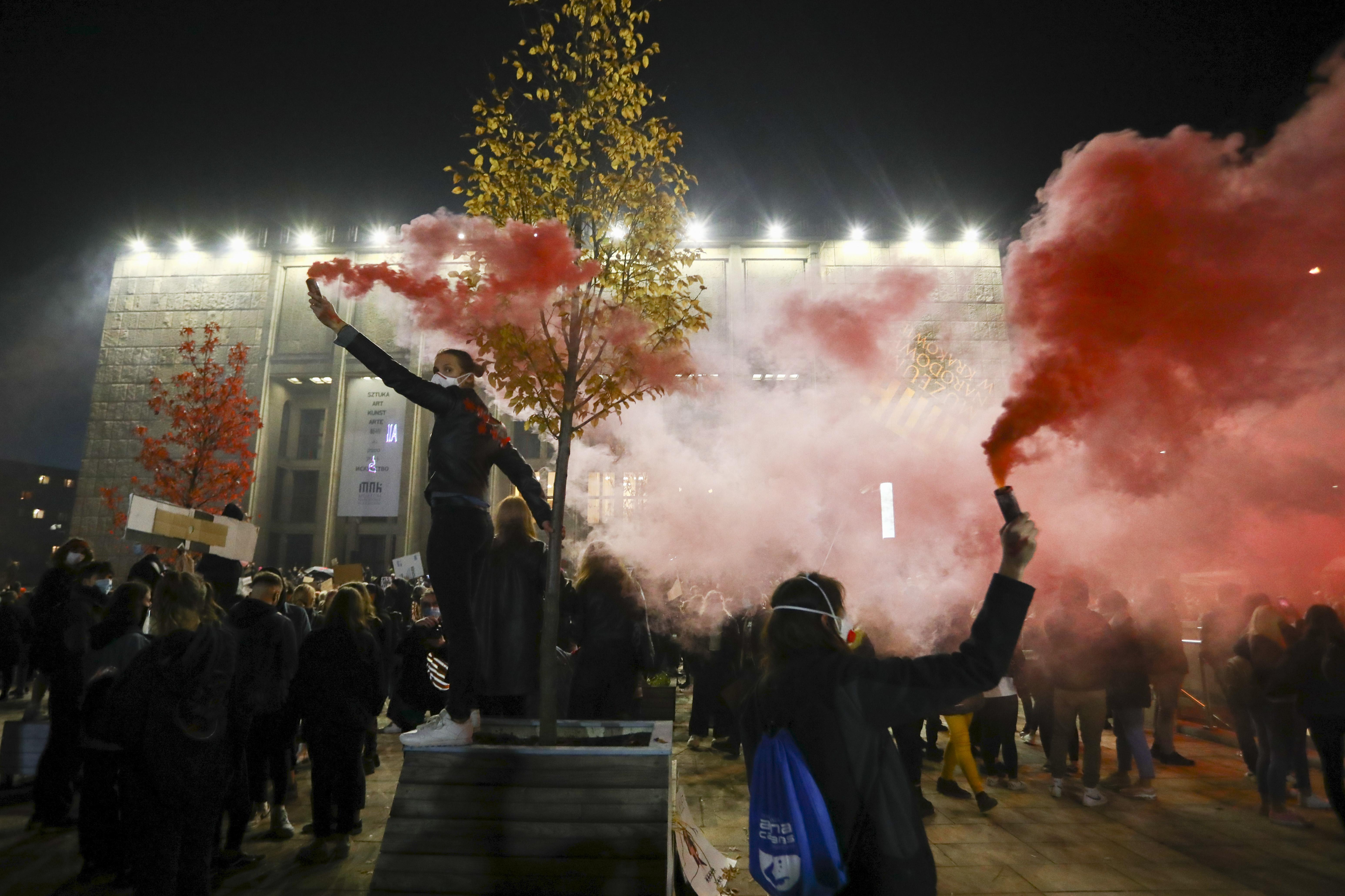 Százezrek tüntetnek Lengyelországban, péntekre várják a legnagyobb megmozdulást
