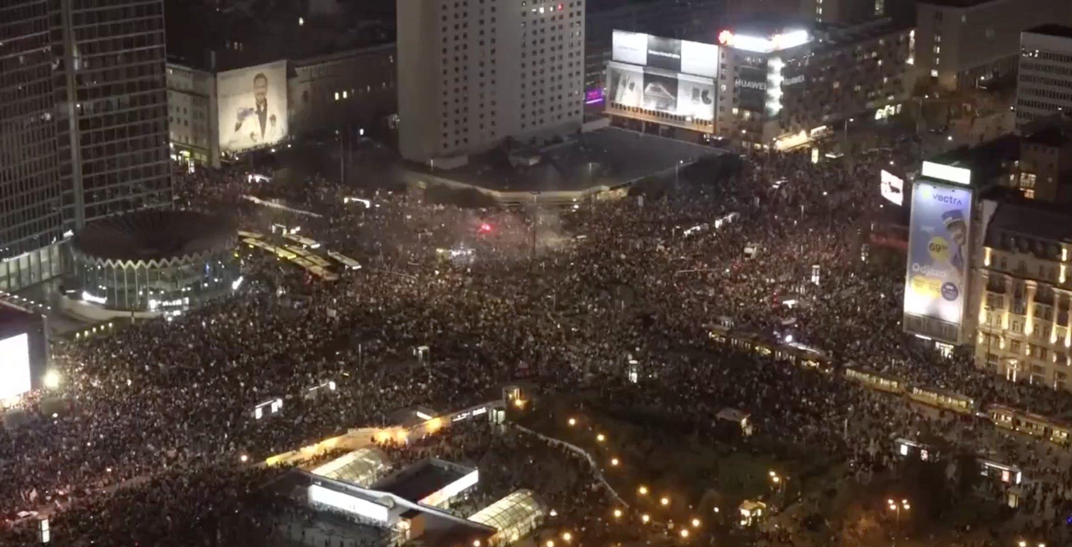 Százezres tömeg tüntet az abortusztilalom ellen Varsó utcáin